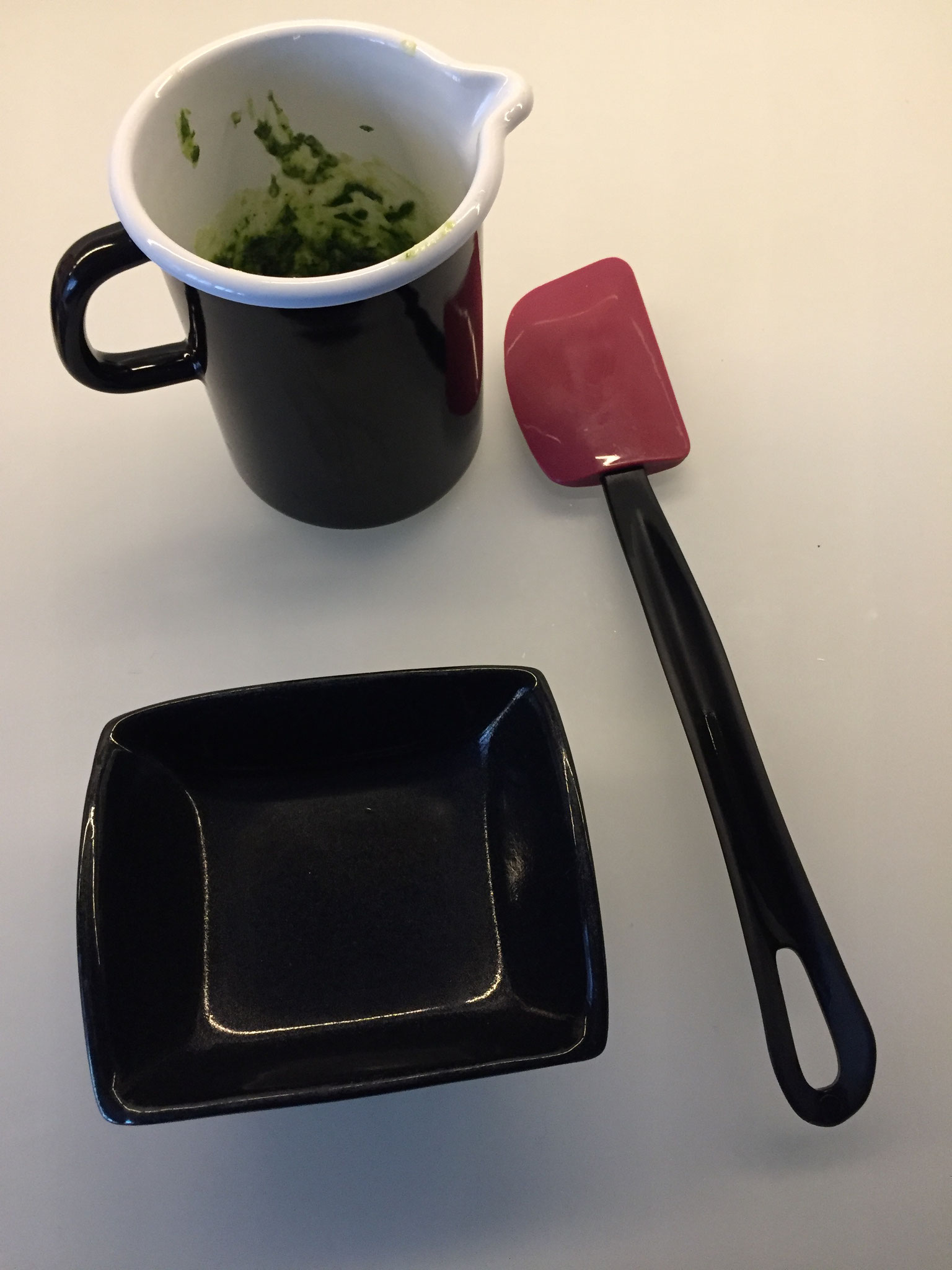 Mit einem Teig Spachtel das Pesto in eine Schale füllen.