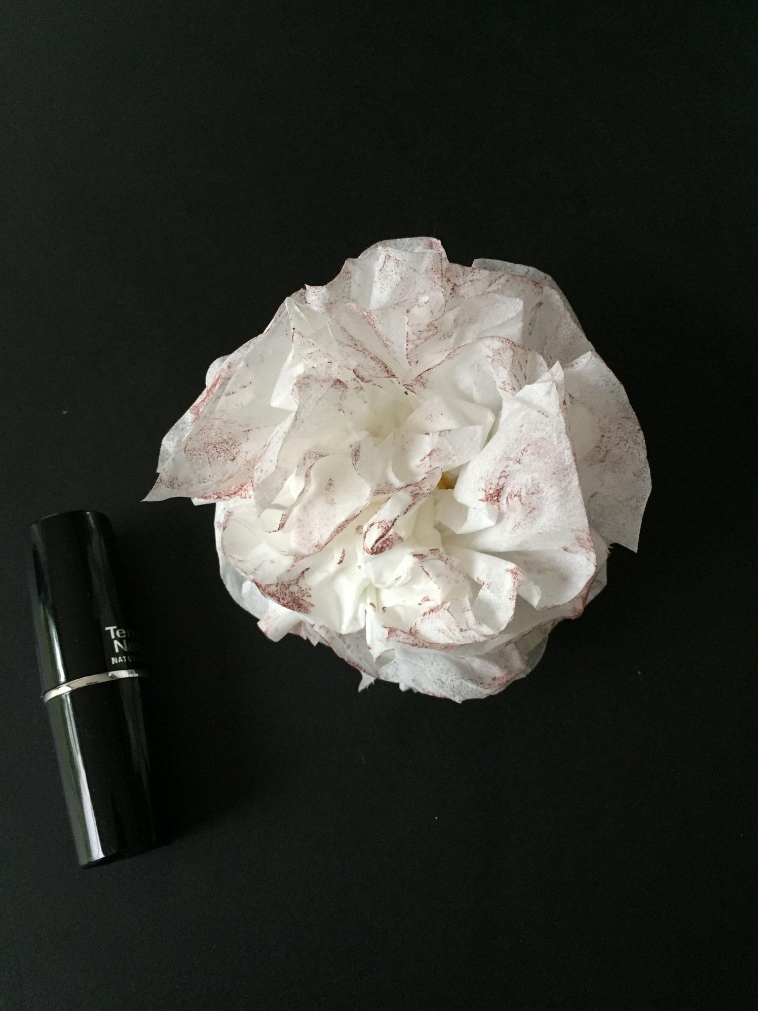 Jetzt ist die Blume fertig. Du kannst sie verschenken.