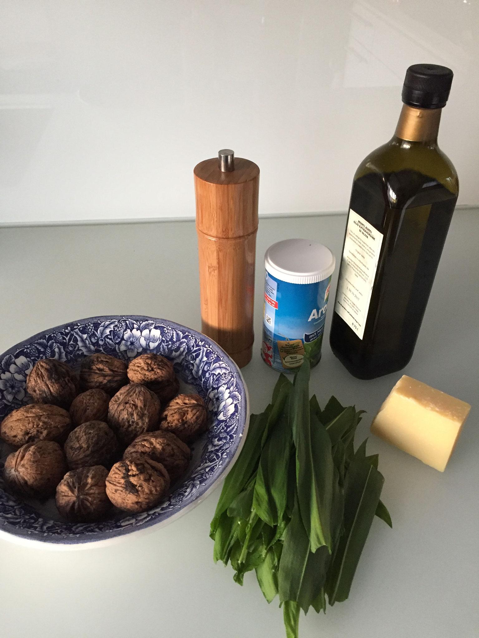 Dann brauchst du Olivenöl, Käse, Streuwürze, Pfeffer, Baum Nüsse oder Pinien Kerne.