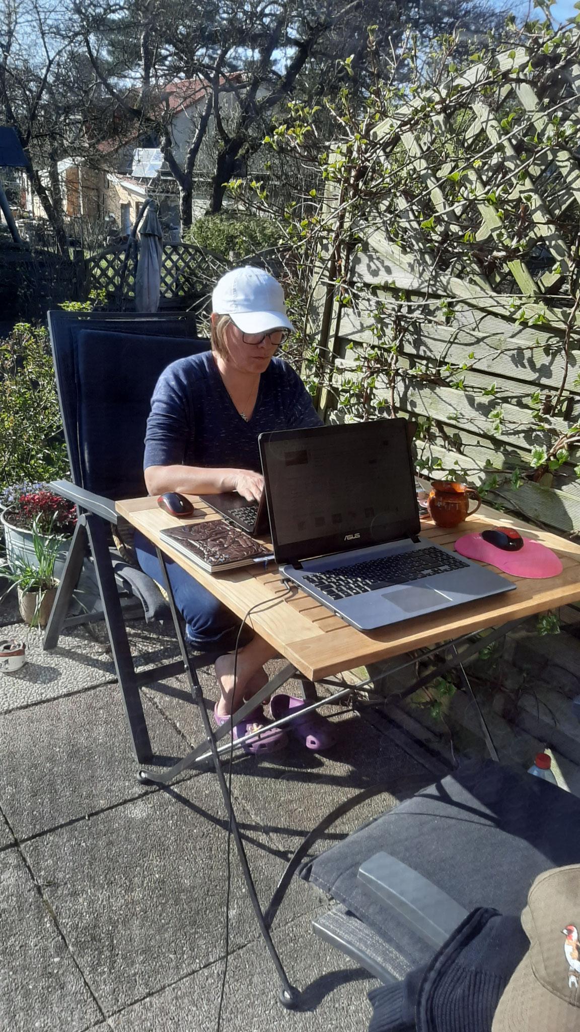 Autorenleben - schweres Leben. Man muss sich vor der Sonne schützen. :-)