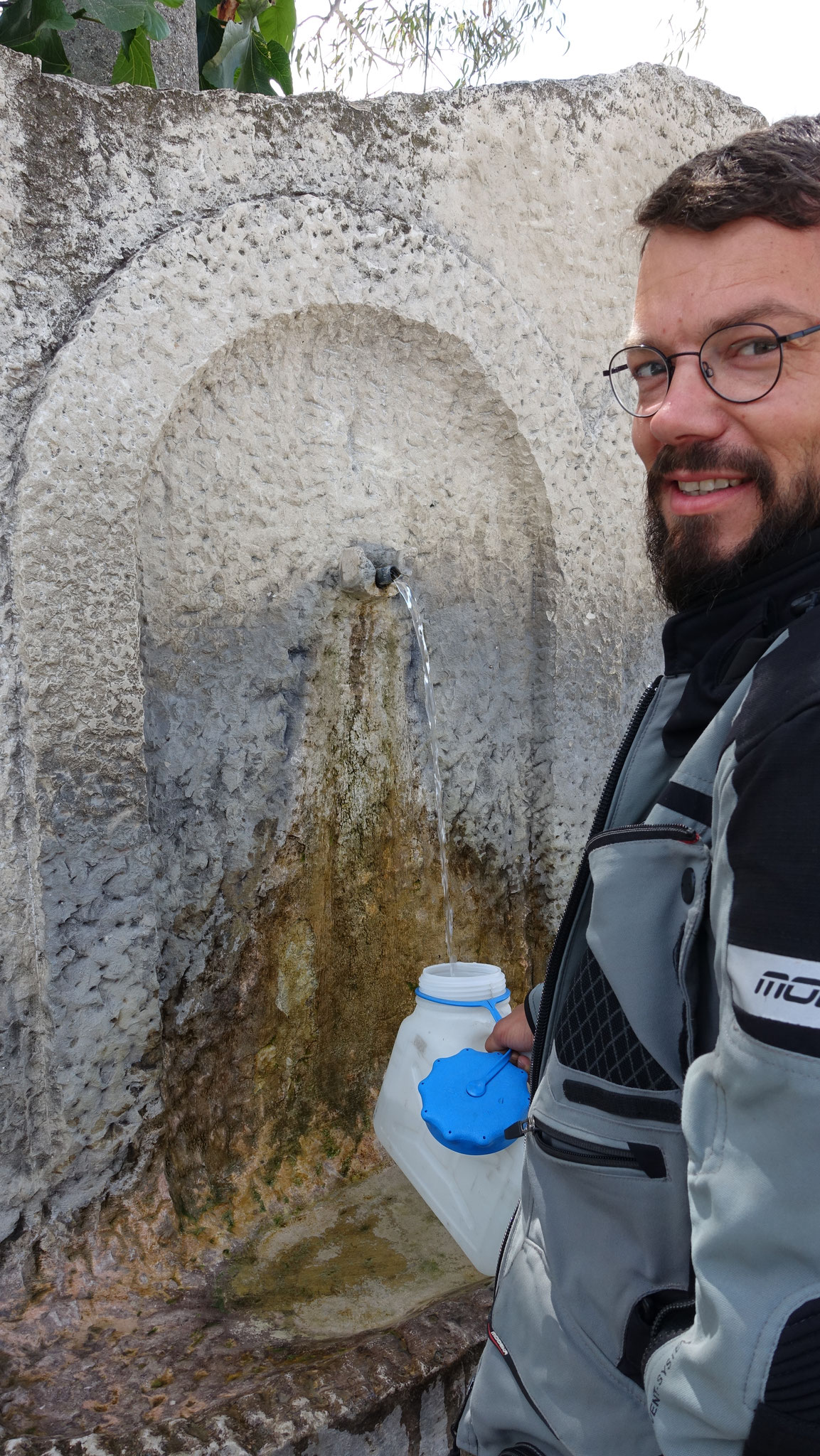 Wasserquellen wie diese finden wir immer wieder! Diese werden auch von den Albanern selbst genutzt, die kommen aber dann gleich mit größeren Gefäßen :D