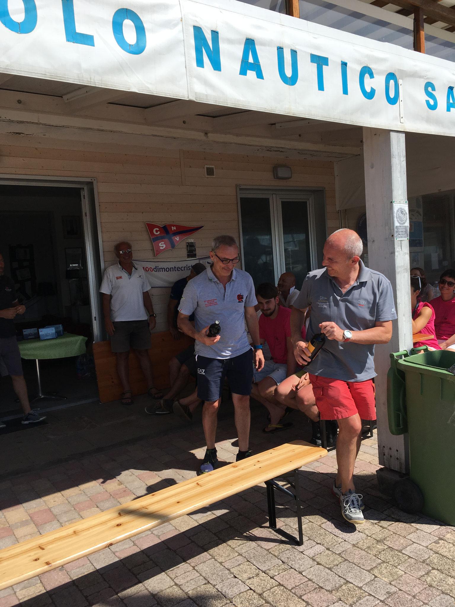 """Maurizio e Giorgio Leone dello Y.C.B.E. fuggono dopo aver ritirato il """"Premio Miglior Scuffia"""","""