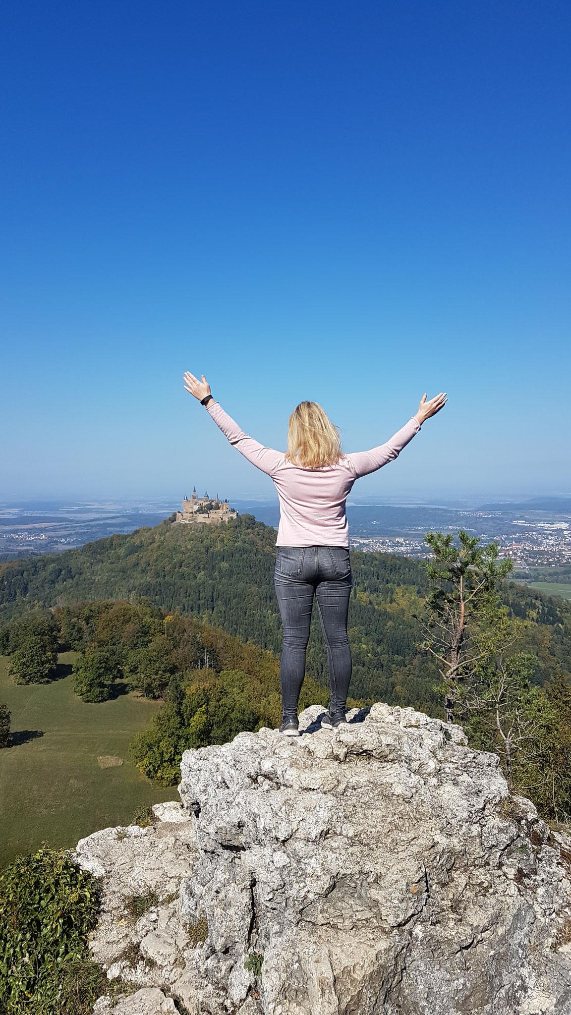 Auf dem Felsvorsprung am Zeller Horn mit der Burg Hohenzollern im Blick