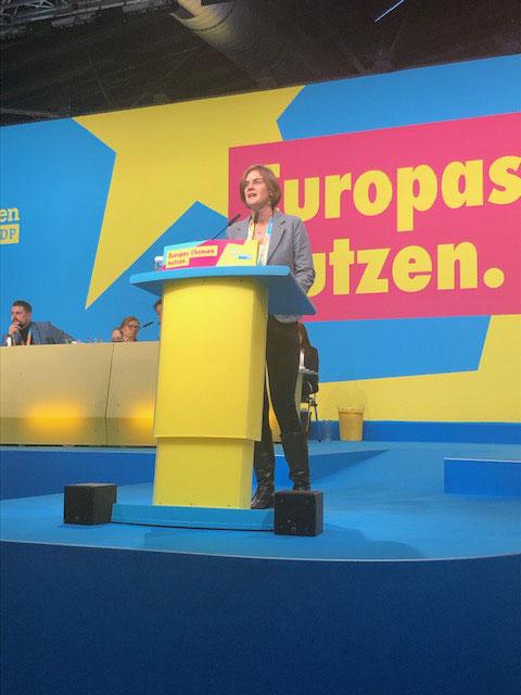 Jessica Gaitskell hat die Anträge auf dem Europaparteitag verteidigt. Nach einer Gegenrede von Nicola Beer wurden sie jedoch abgelehnt.