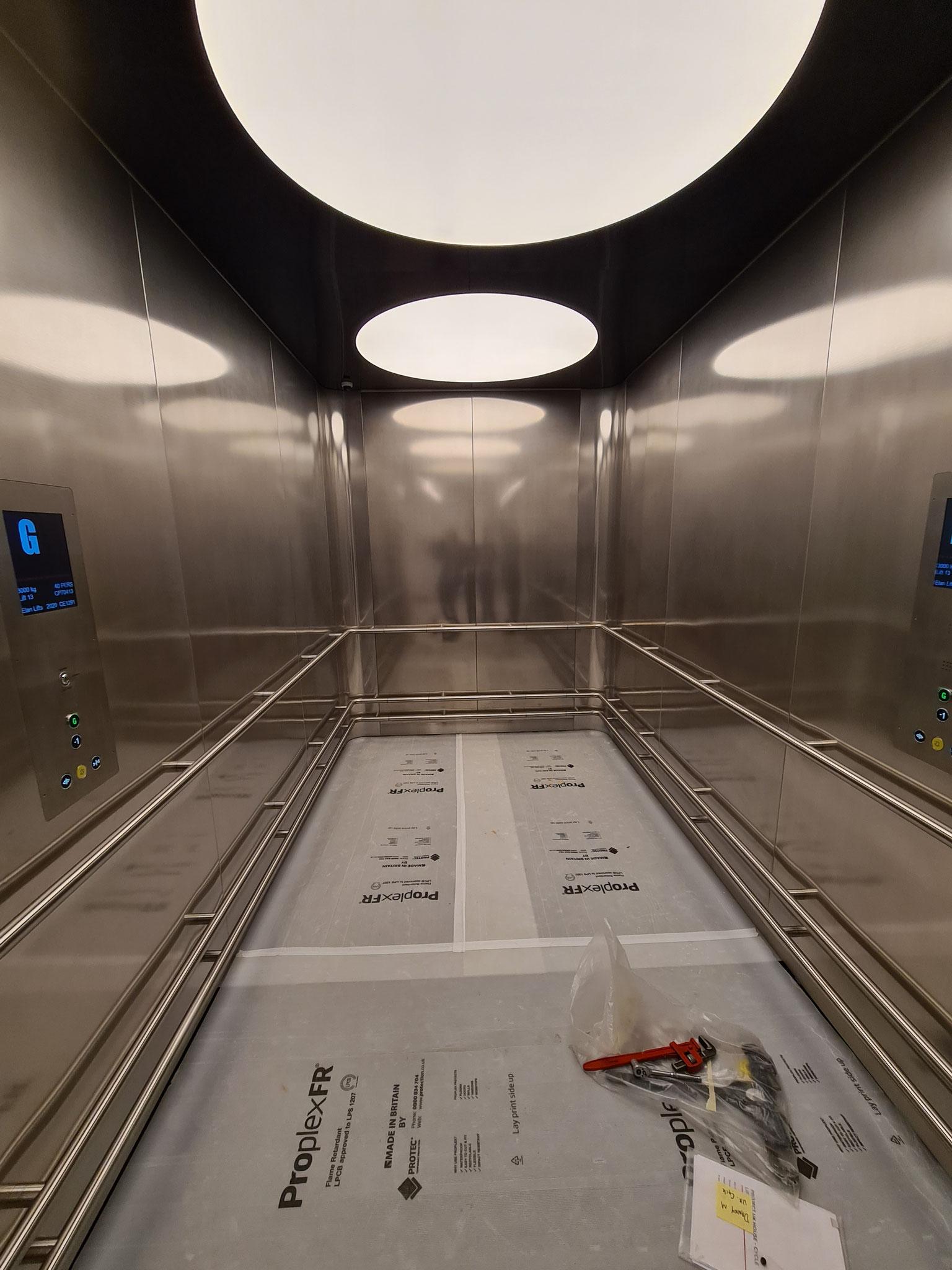 Umlaufende e-li Handläufe montiert in einem Aufzug in London, Oxford Street
