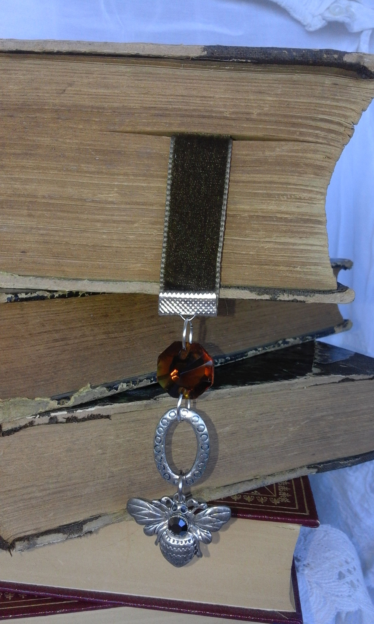 velours marron breloque abeille