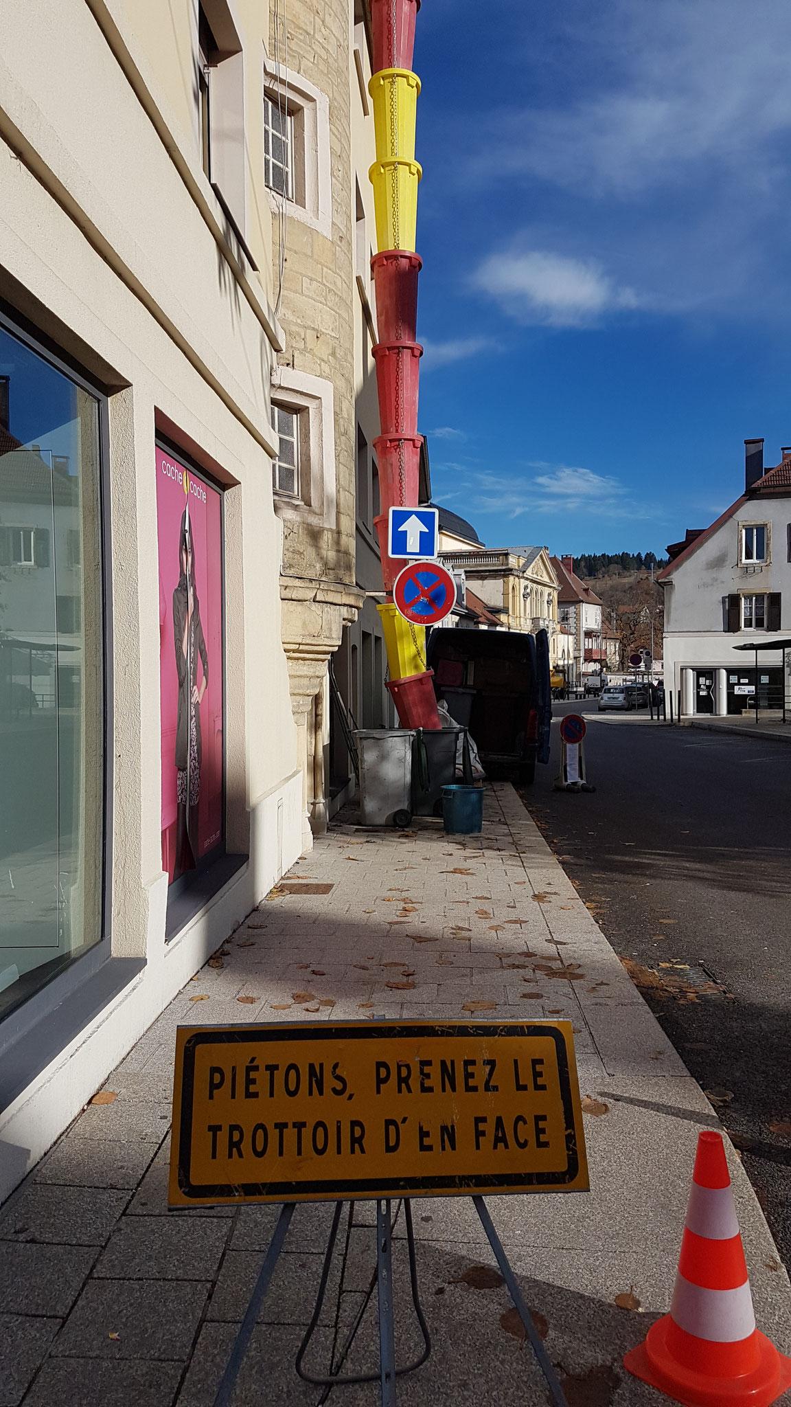 Mise en place de goulottes pour le débarras d'un grenier à Pontarlier - AHLEN 06.82.19.41.00
