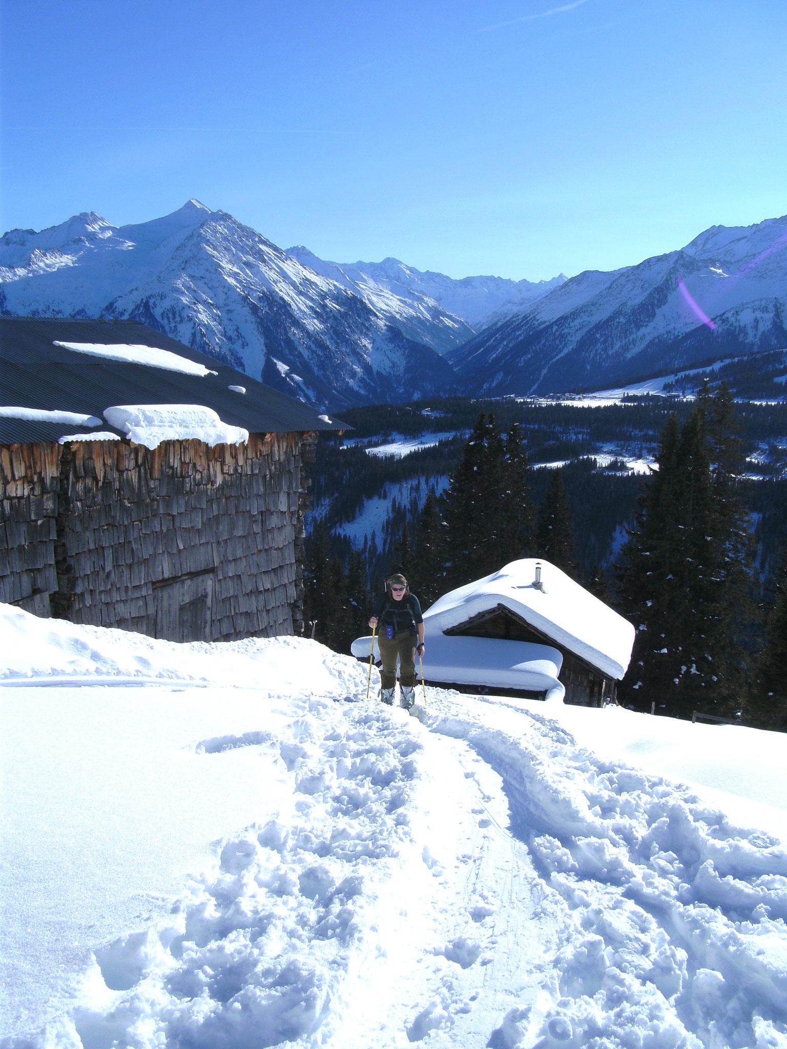 ... vorbei an verschneiten Hütten ...
