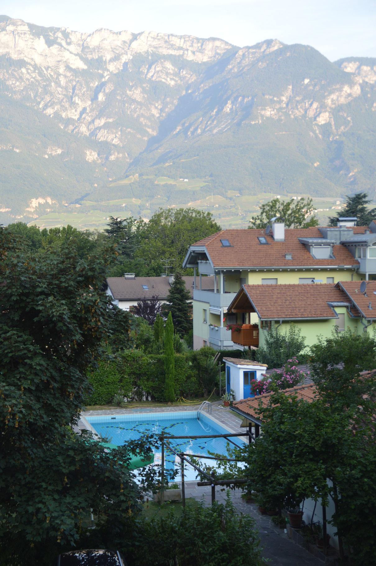 Blick vom Hotelzimmer auf den Pool