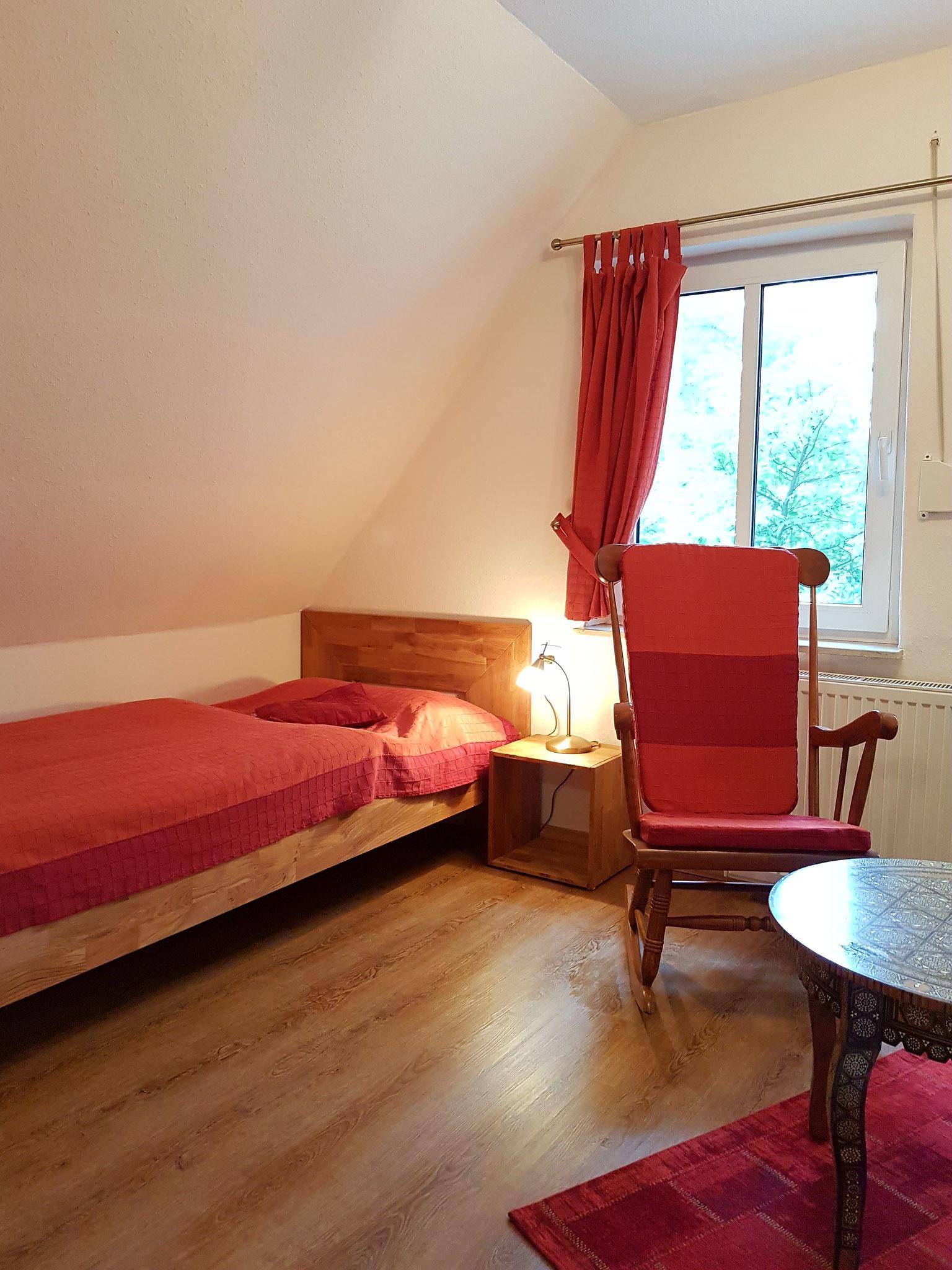 Kleines Schlafzimmer mit Einzelbett und...