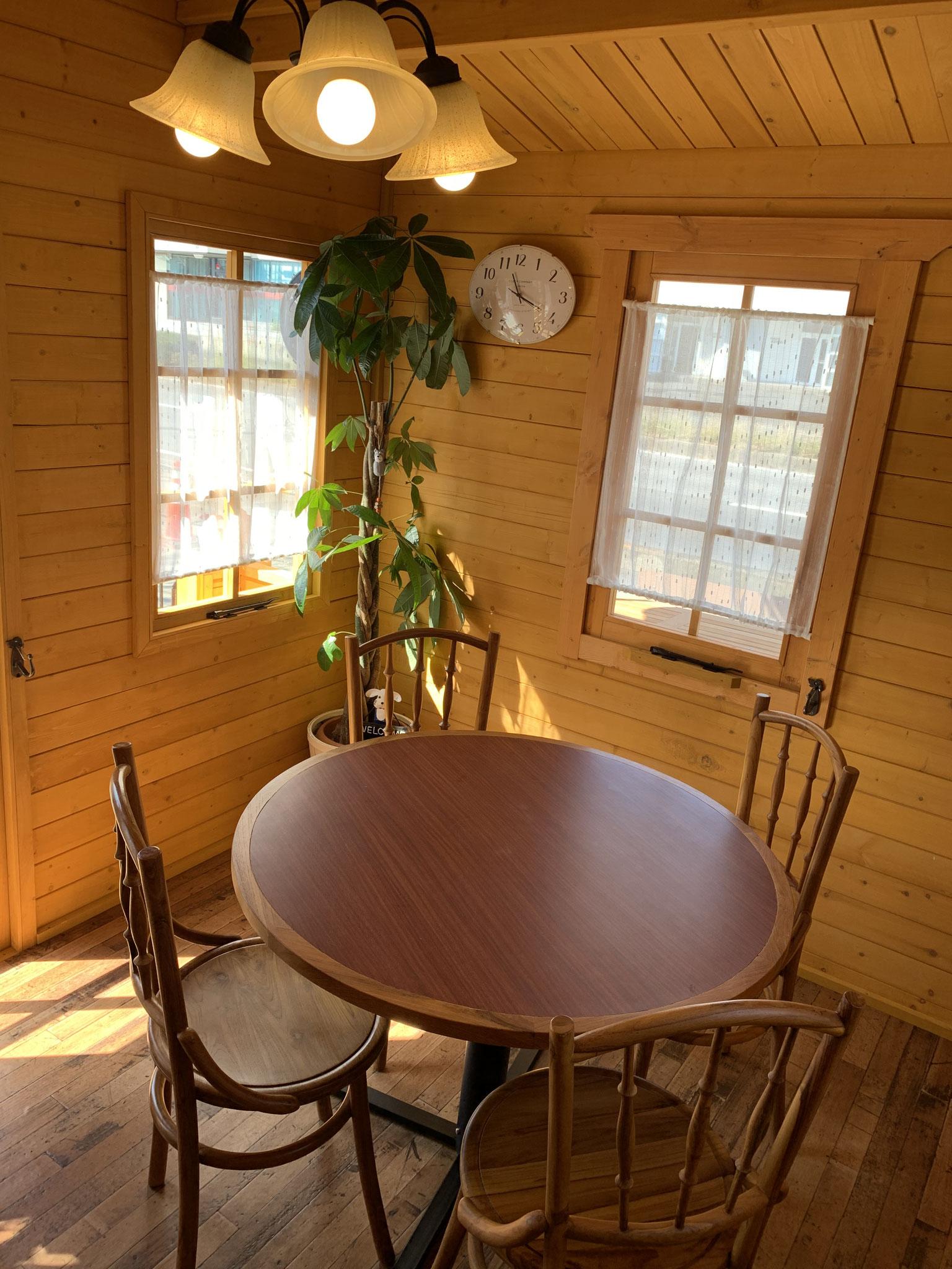 dogcafe'わんべりー店内 4人掛けとカウンター2席