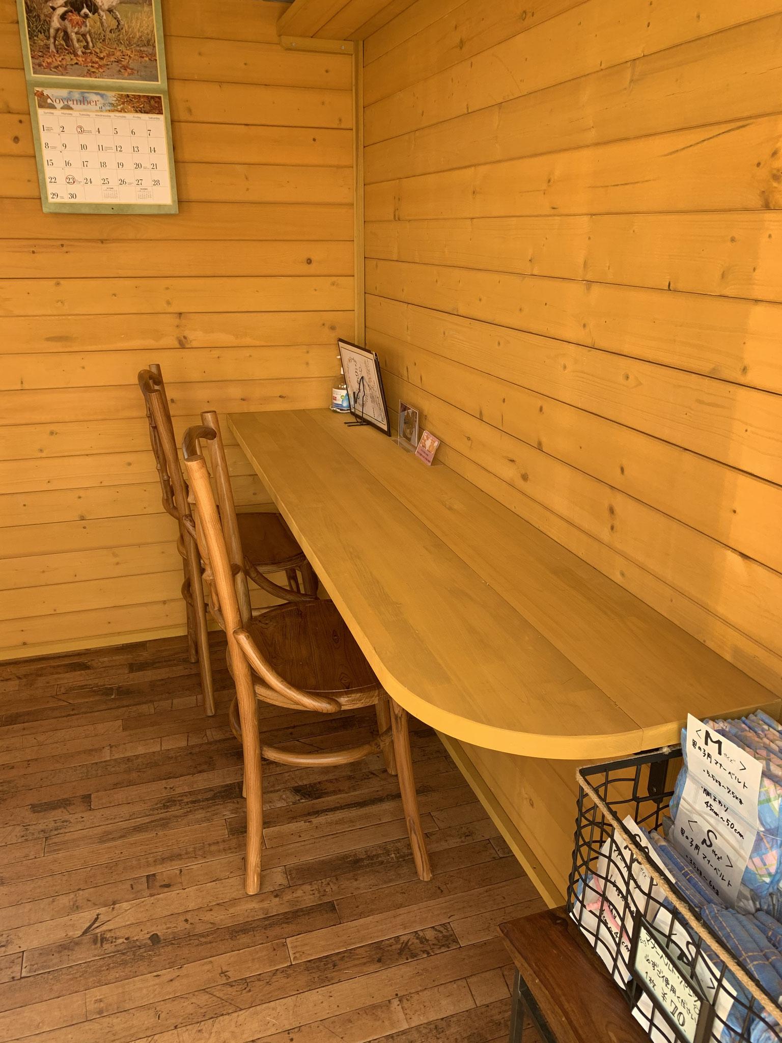 テーブル席の他にカウンター2席ございます
