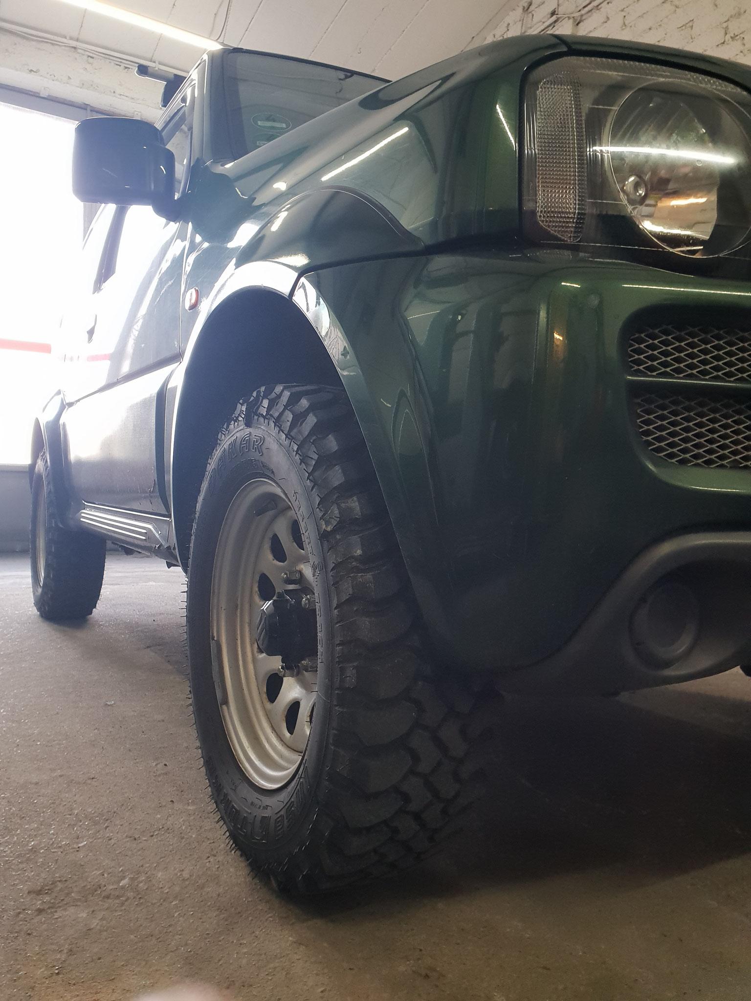 Suzuki Jimny: Federnsatz Höherlegung, Reifen MT