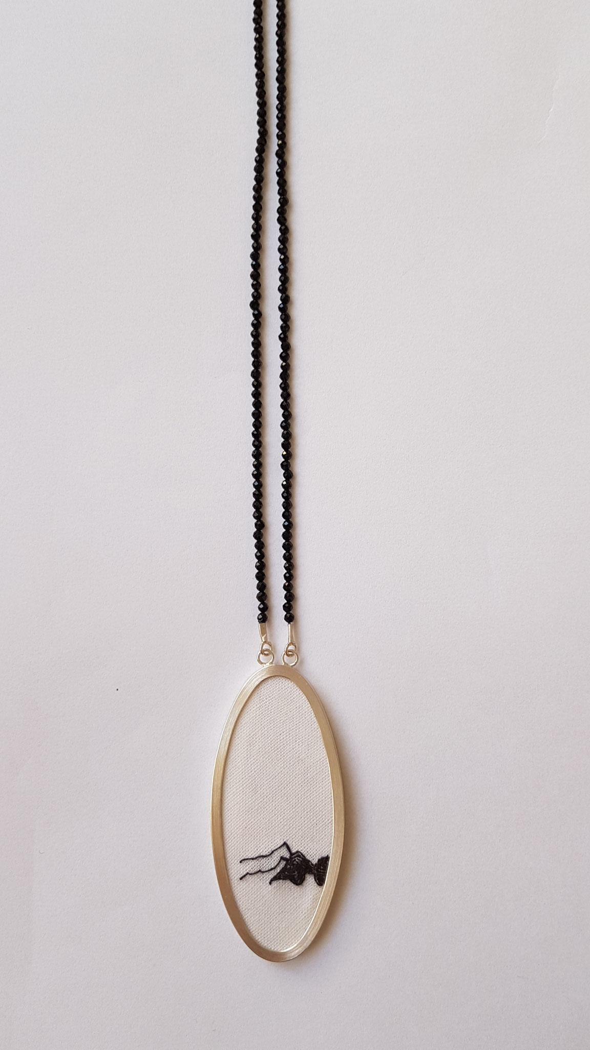 lange Kette in Silber 925, mit schwarzen Zirkonen, Motiv gestickt