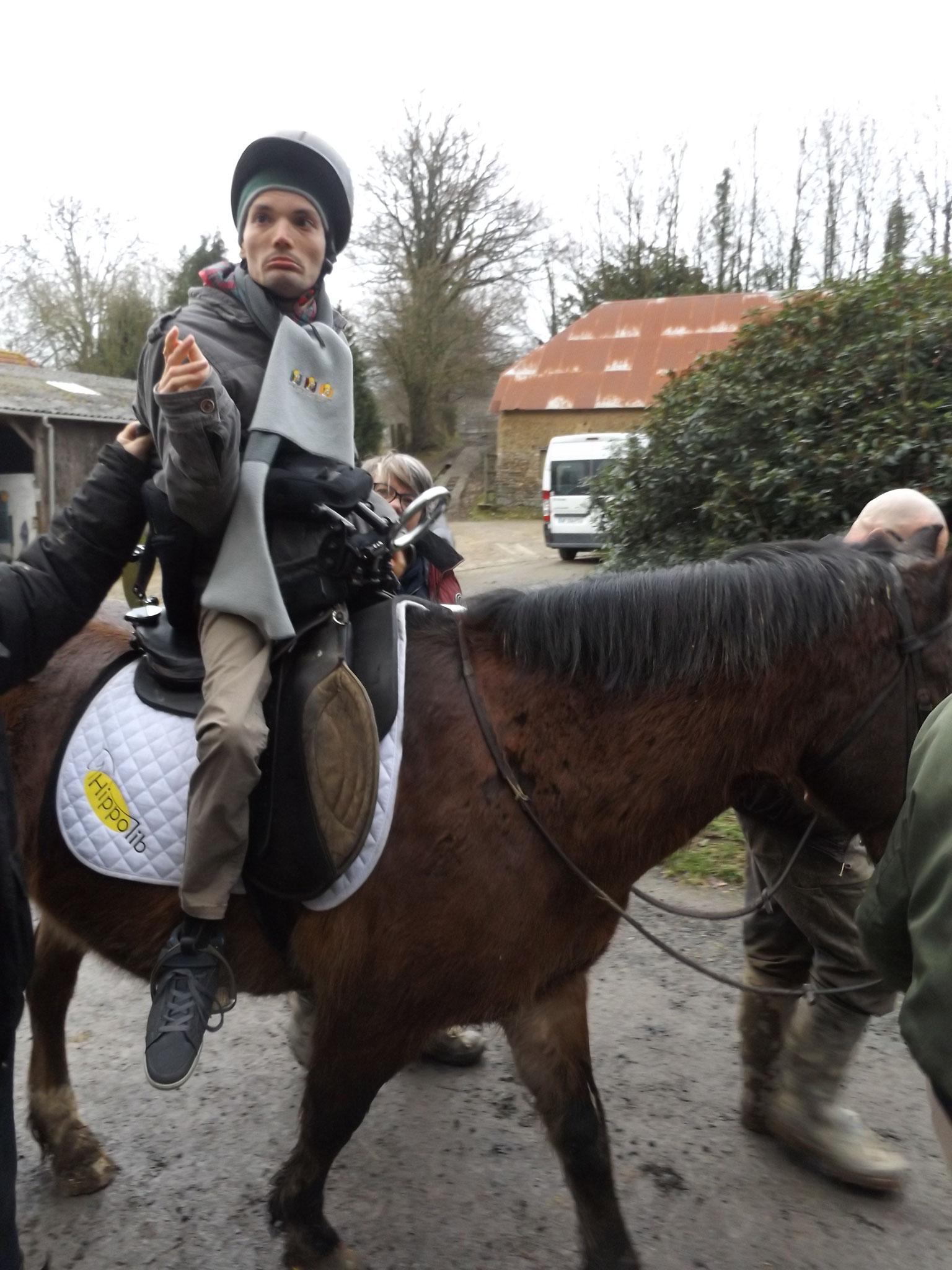 """Mickaël a pu, pour la première fois de sa vie, monter un cheval grâce à la selle """"Hippolib"""""""