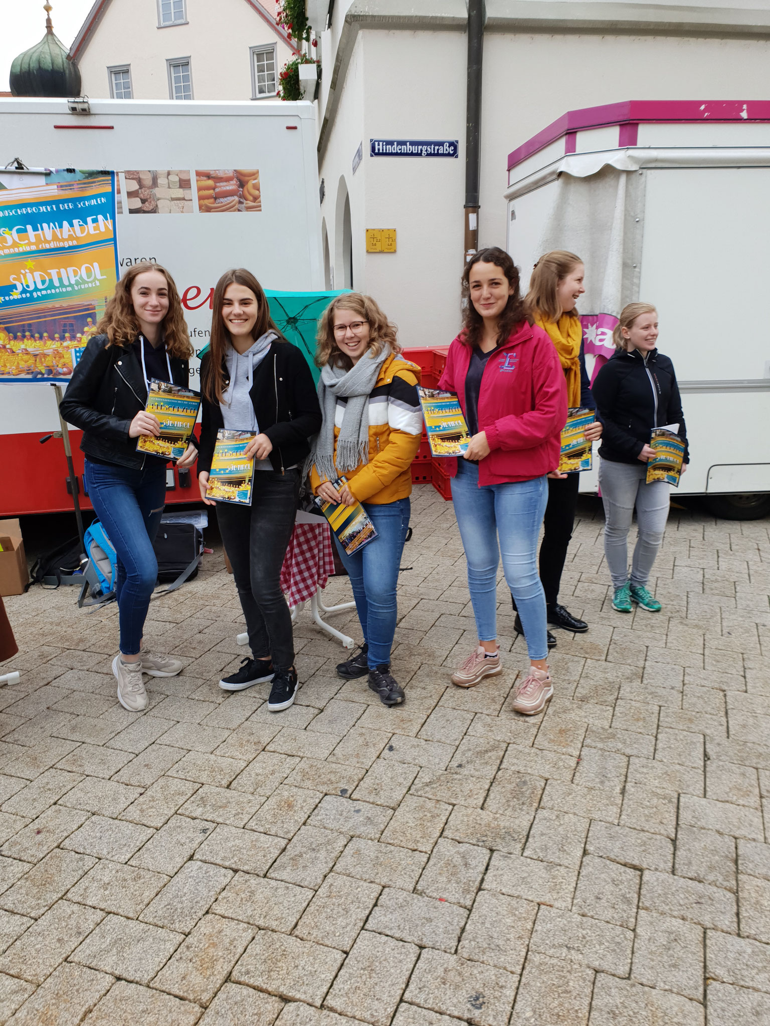 Attraktive Schülerinnen beim Verkauf unserer Zeitungen