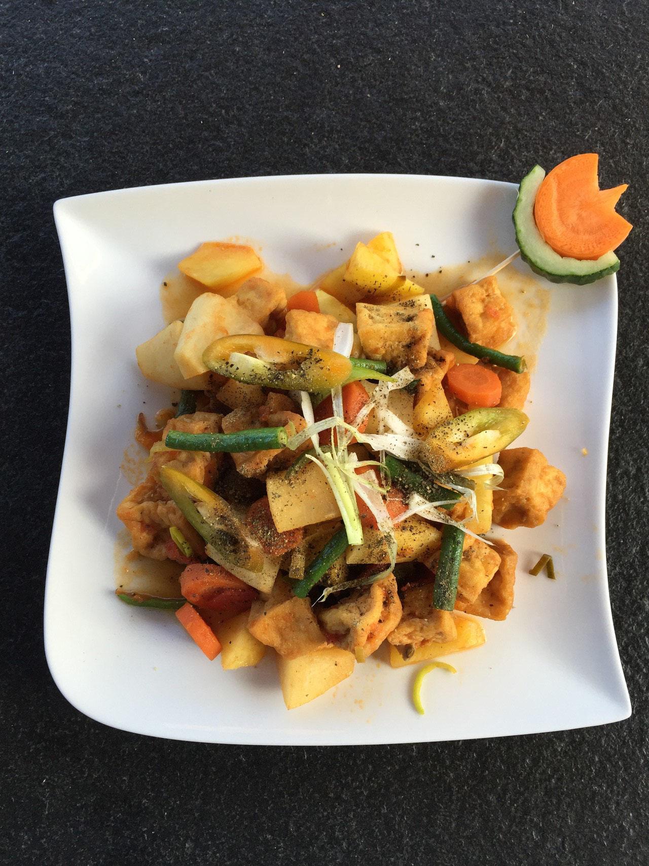 Dau khuon kho chay - Gekochter Tofu mit gemischte Gemüse und Kokoswasser.