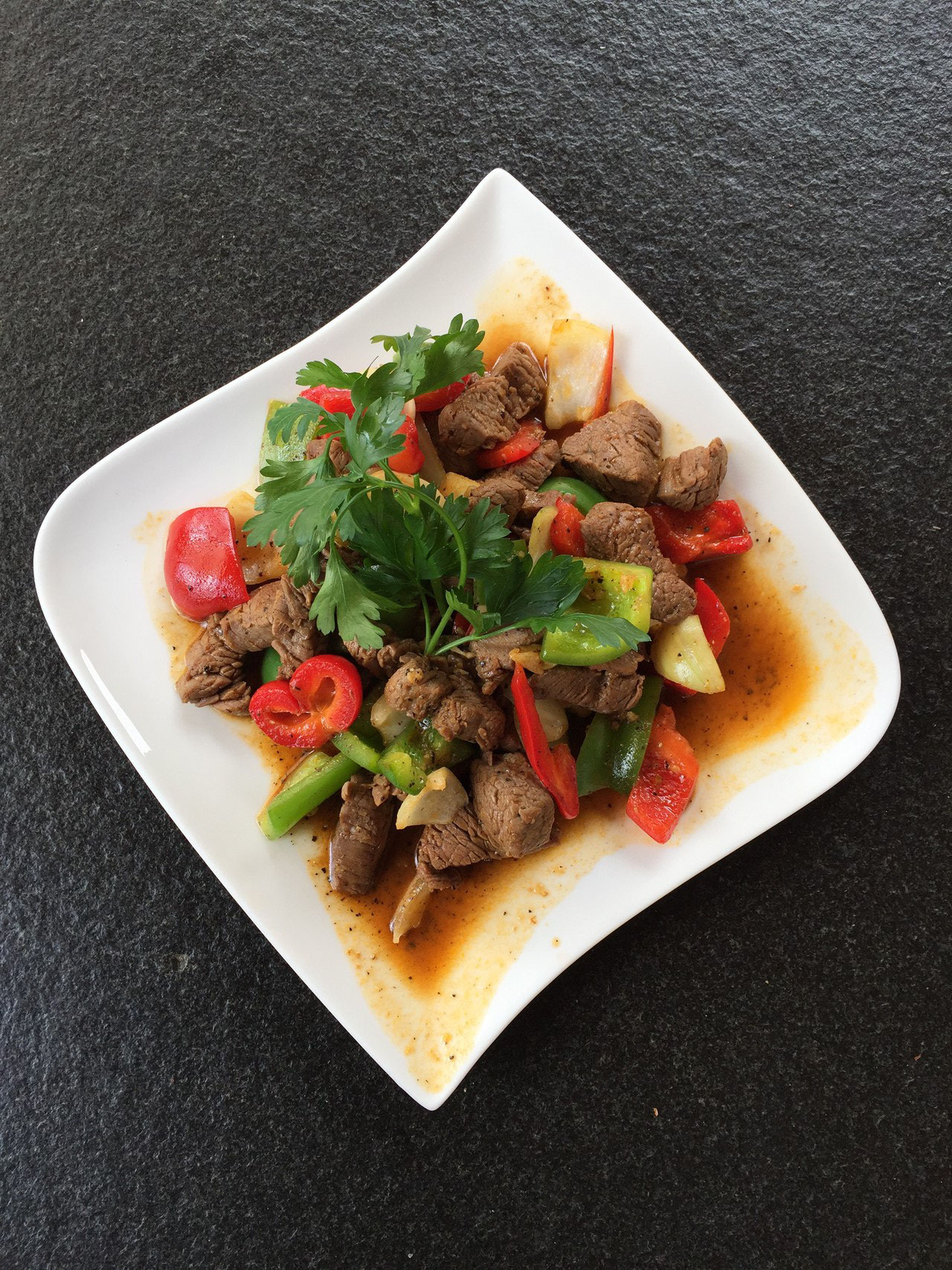 Bo xao luc lac - Geschwindes Rindfleisch mit Peperoni und Zweibeln.