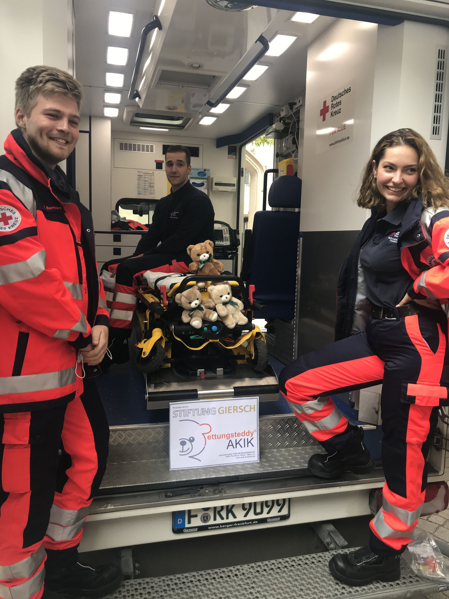 Sanitäter*innen am Rettungswagen