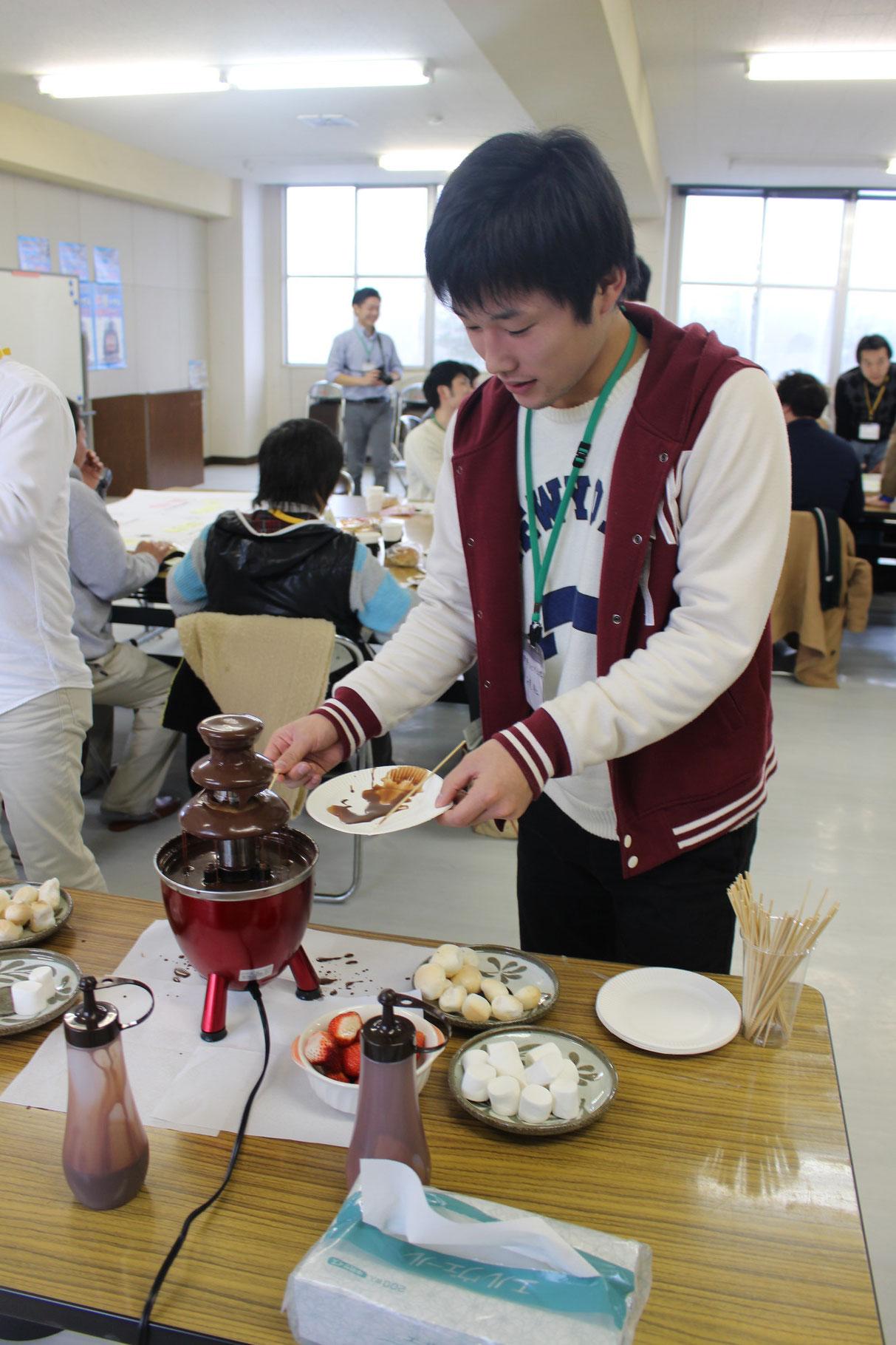 チョコレートファウンテン!岩船麩はじめ苺などをコーティングしました。