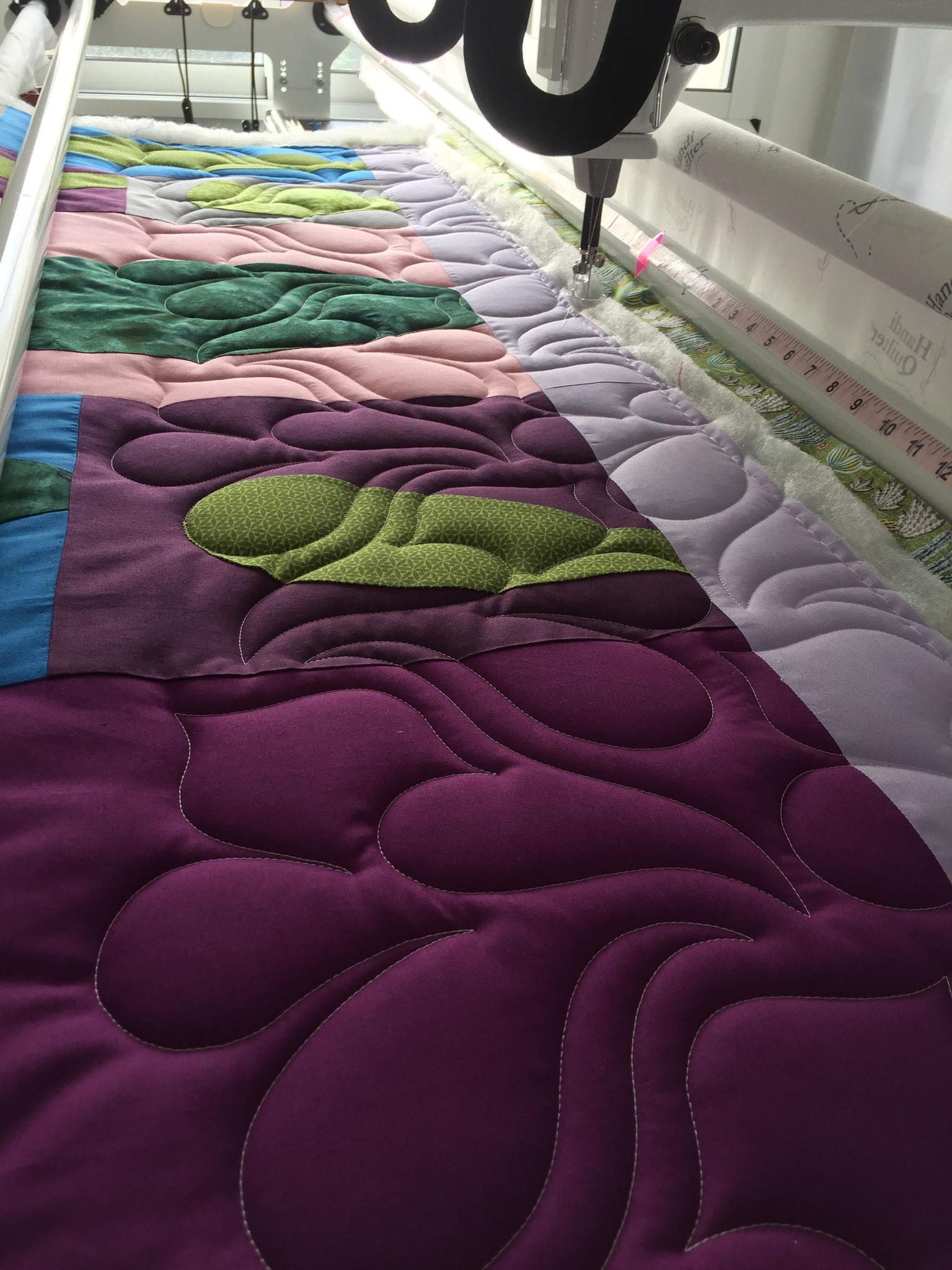 Sur la machine, le premier rang de all-over - atelier www.lequiltemoi.com