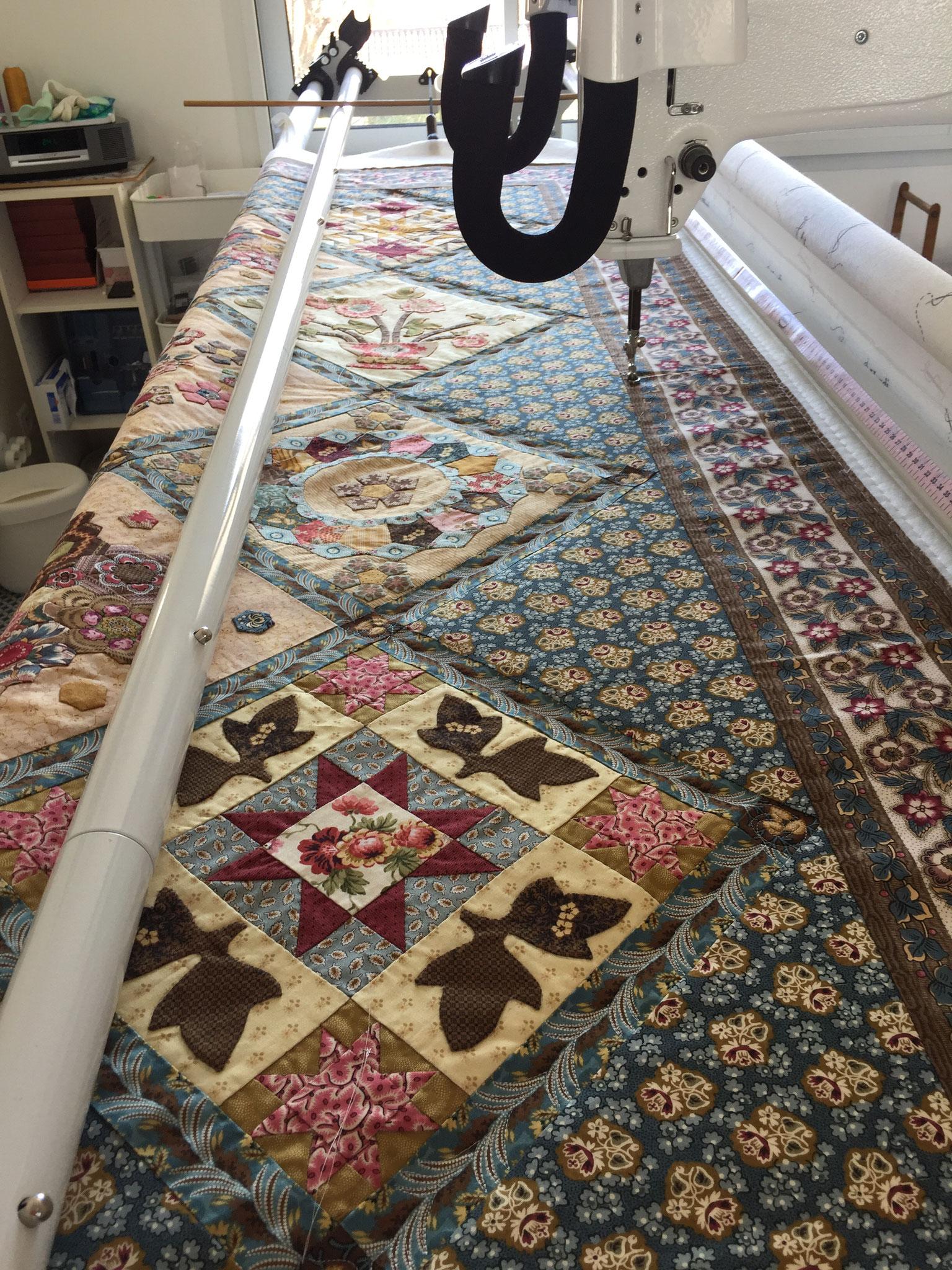 Le quilt est installé sur la machine de l'atelier LE QUILT émoi.