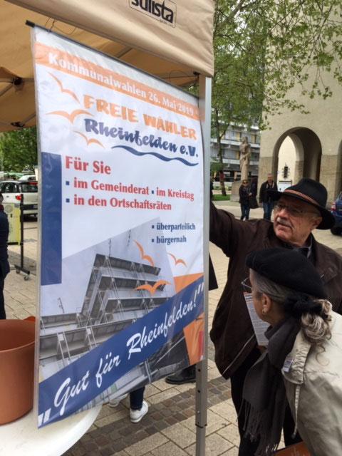 Ewald Lützelschwab und Karin Reichert-Moser – ein kritischer Blick, ob das Plakat wohl dem Wind standhalten wird?