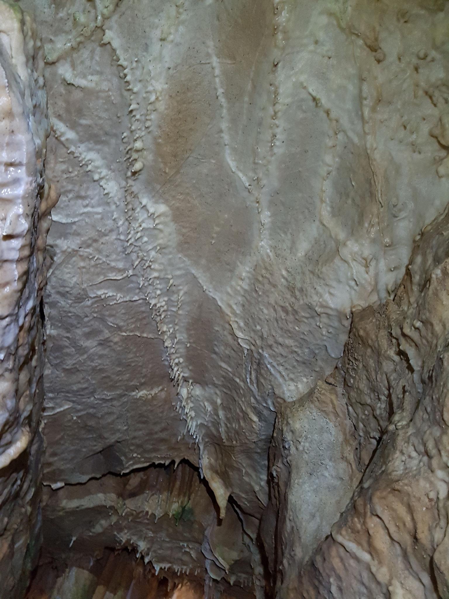 Makkaroni an der Höhlendecke