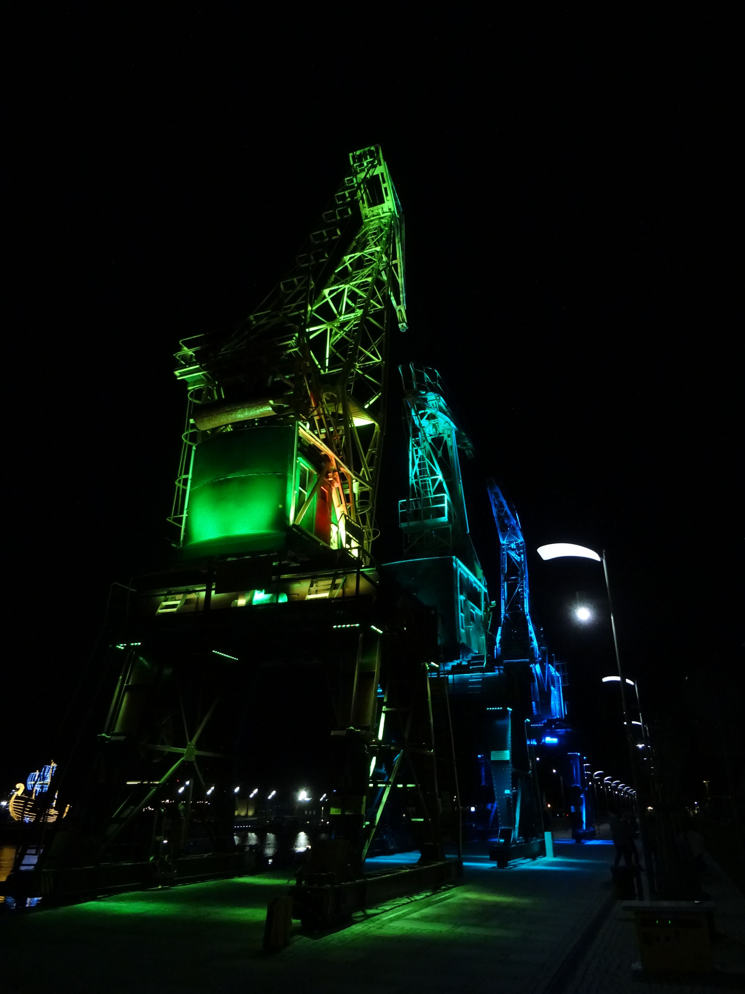 Stettin alter Kran Lichtinstallation grün blau