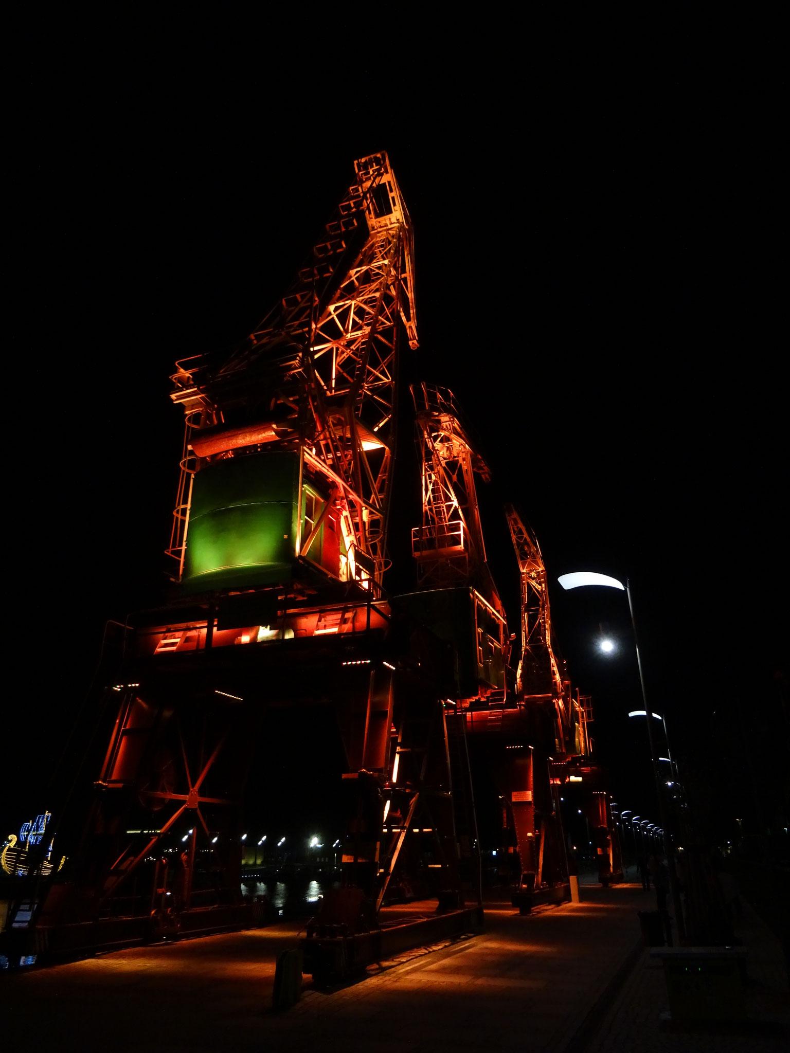 Stettin Hafen Nacht alte Krananlage Lichtinstallation grün  rot pink magenta orange