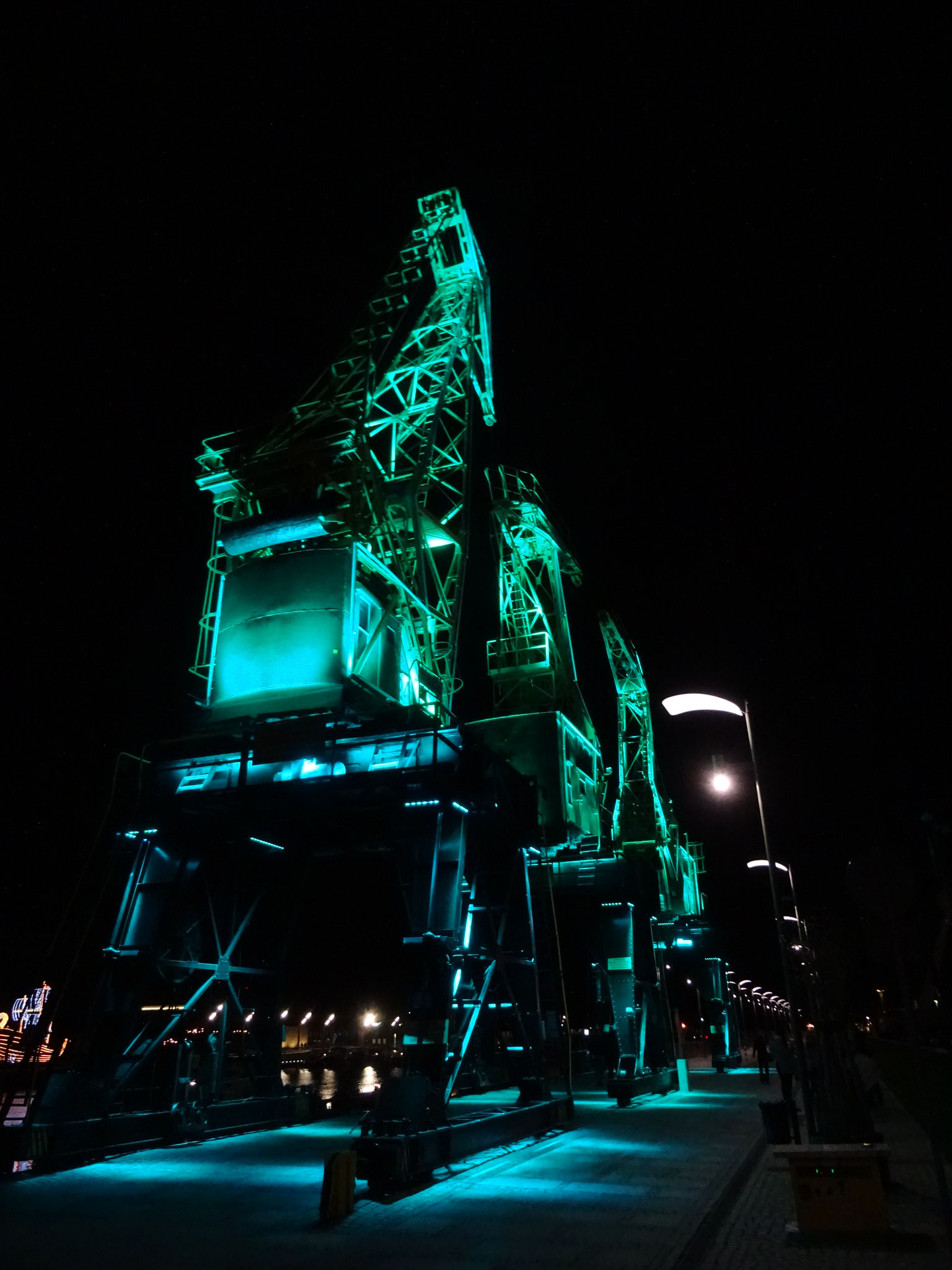 Stettiner Hafen Alte Krananlagen Lichtinstallation türkis blau