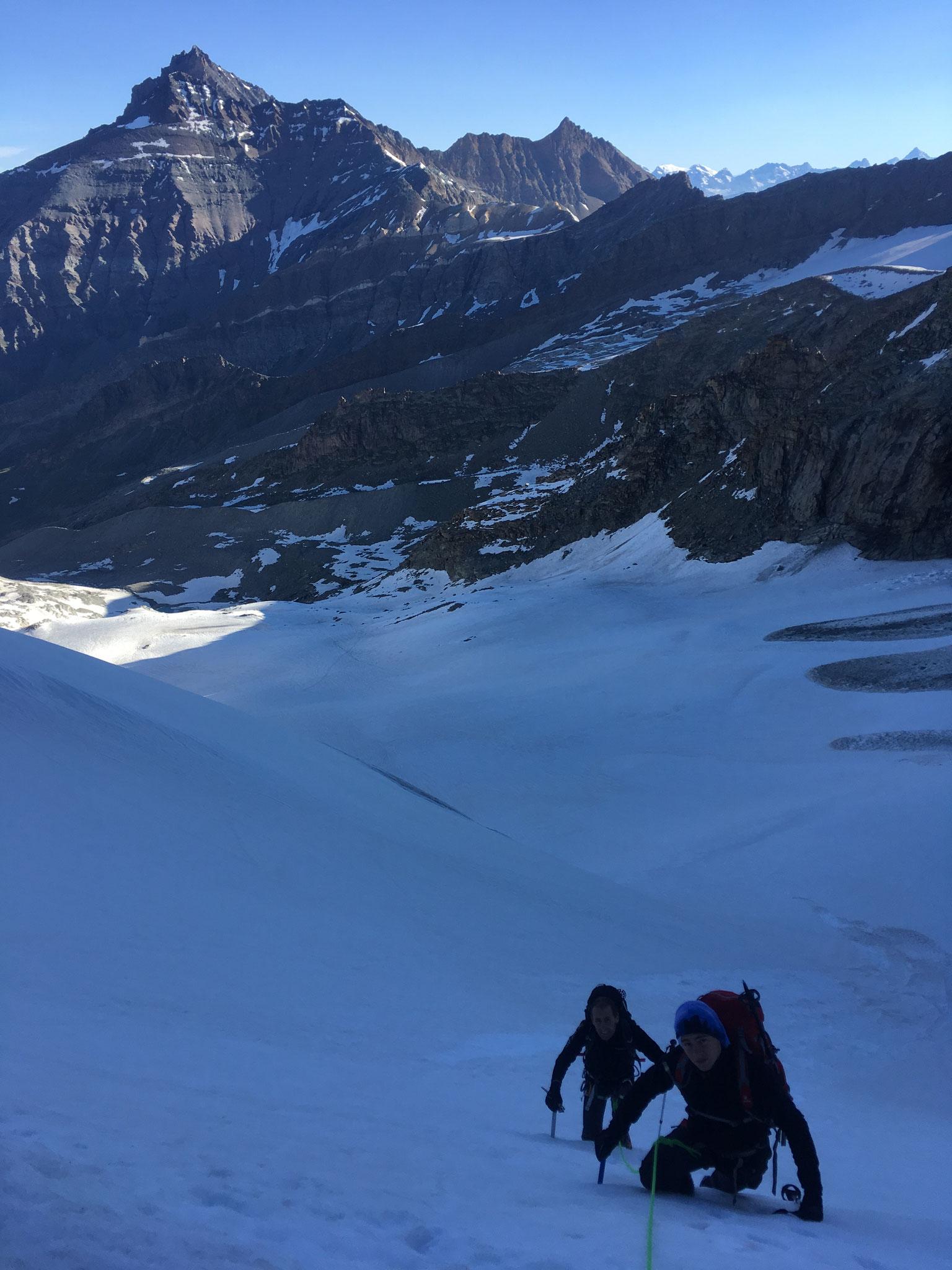 Descente raide pour prendre pied sur le Glacier
