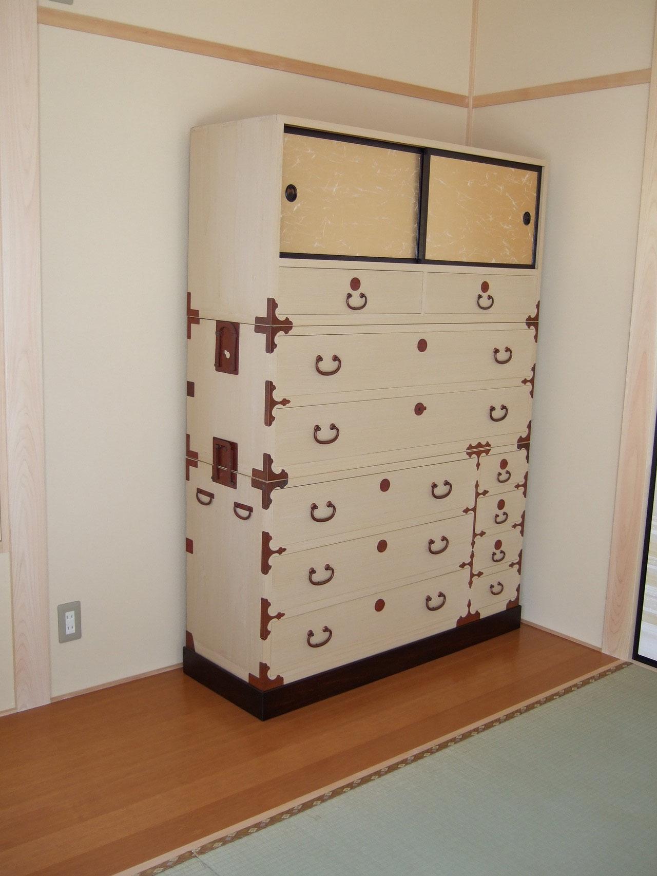 納品し設置した修理桐箪笥です。
