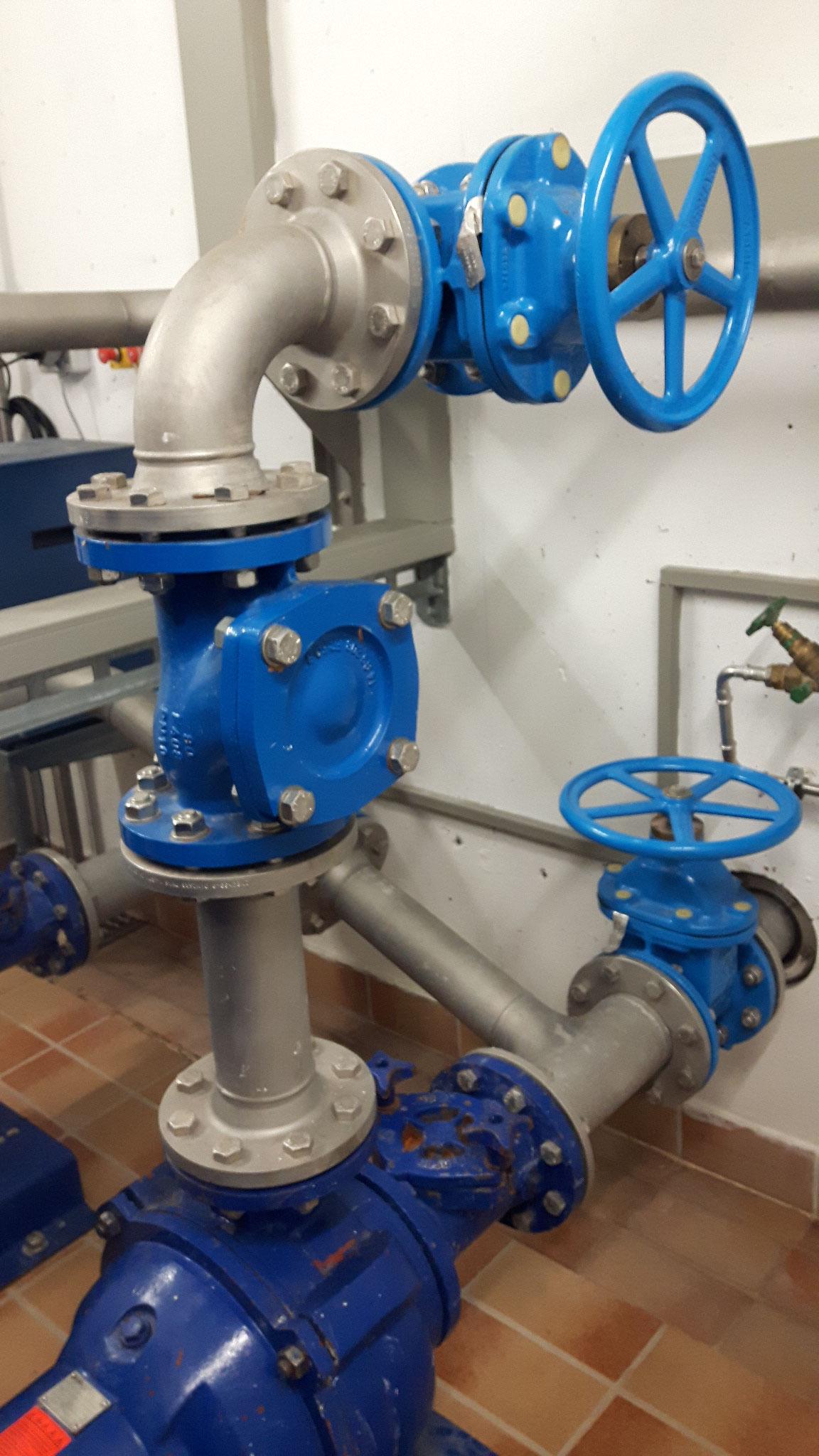 Saug- und Druckleitung einer Abwasserpumpe