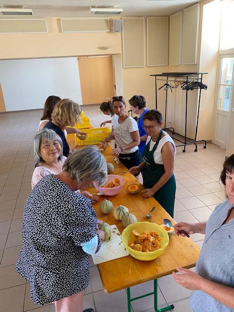 Des bénévoles préparent les melons