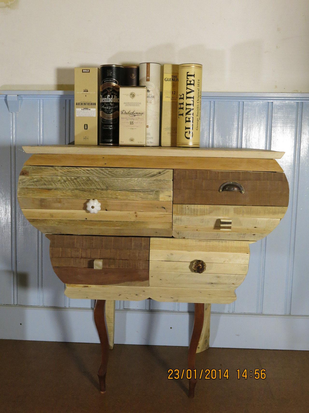 Ladekast uit pallethout en oude stoelpoot