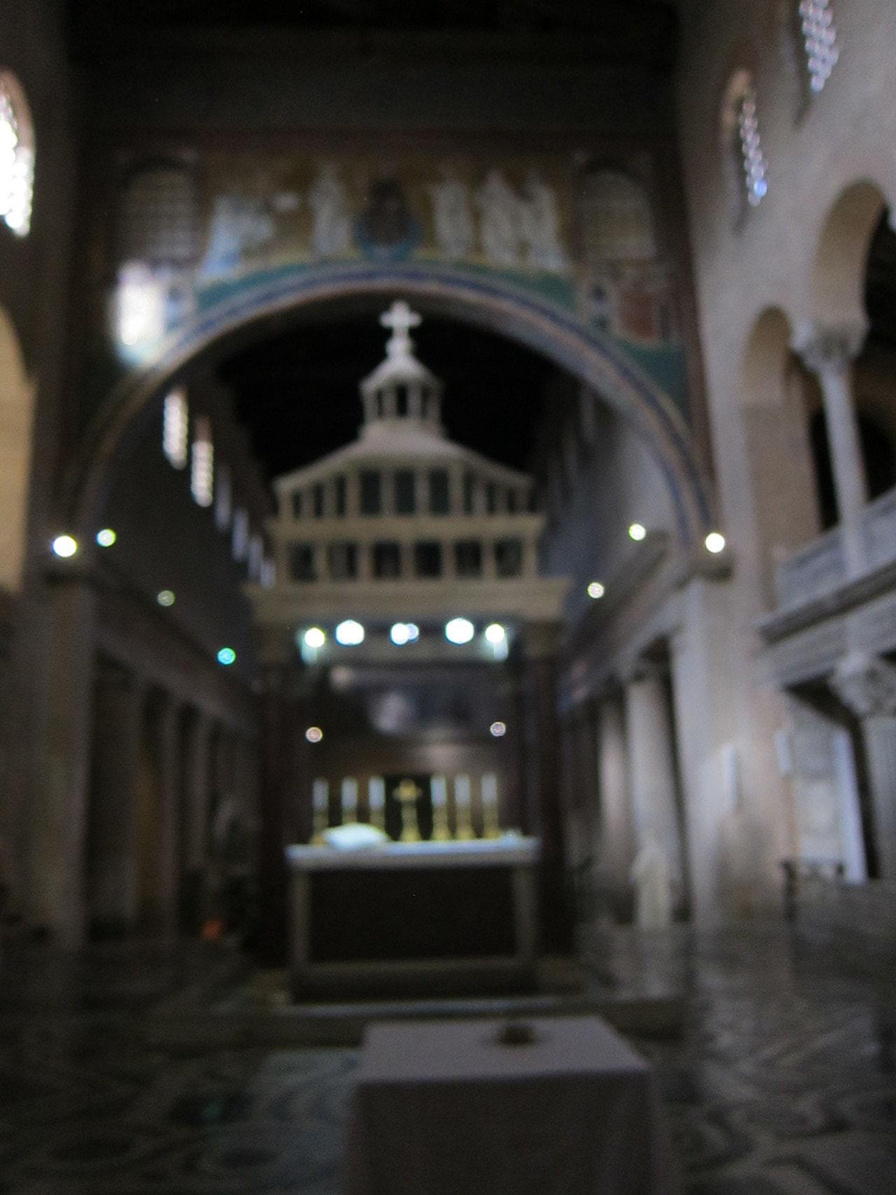 聖堂から入口を望みます。