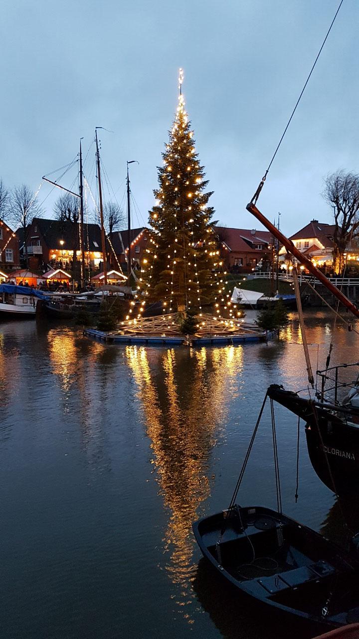 Carolinensiel - Schwimmender Weihnachtsbaum