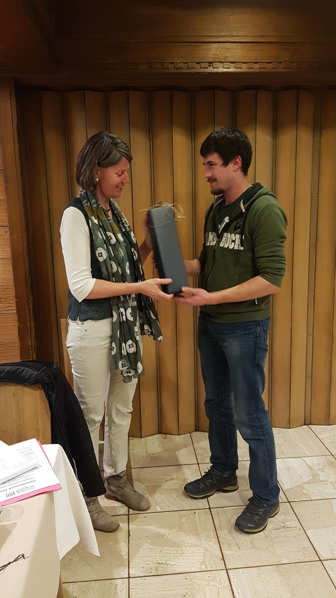Barbara erhält von unserem Vizepräsidenten Dominik ein Geschenk für ihr grosses Engangement