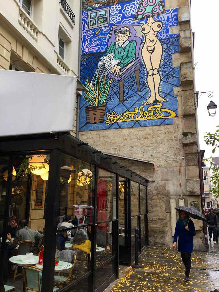 雨の日のパリの街角