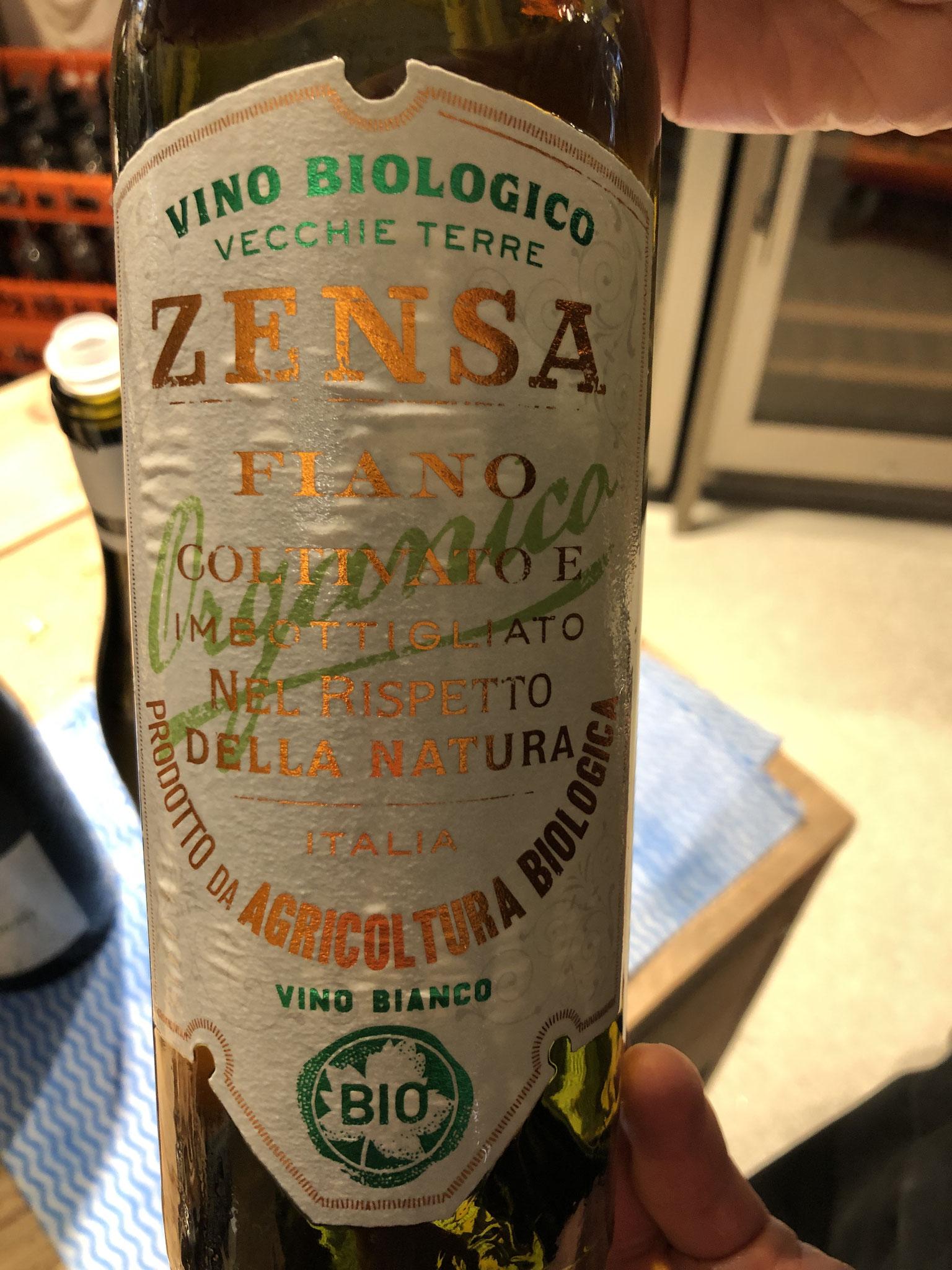"""Bio wijn uit Puglia van 100% fiano, 2018, """"enkel wat moeder natuur geeft"""", licht floraal met exotische hint, rijp, iets zoet, simpel."""
