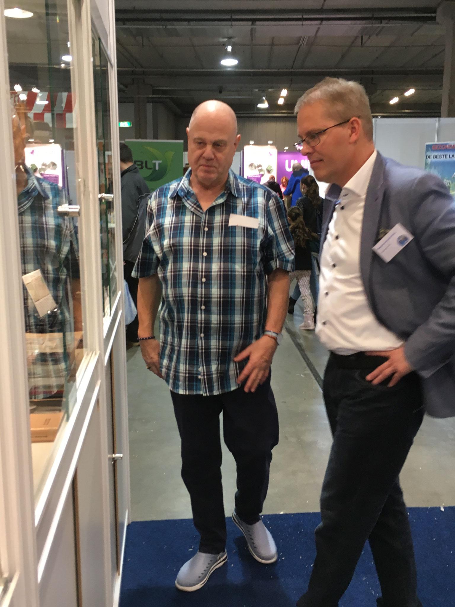 Der Präsident des holländischen Brieftaubenverbandes lässt sich die Exponate von Harald Klusak zeigen und erklären.