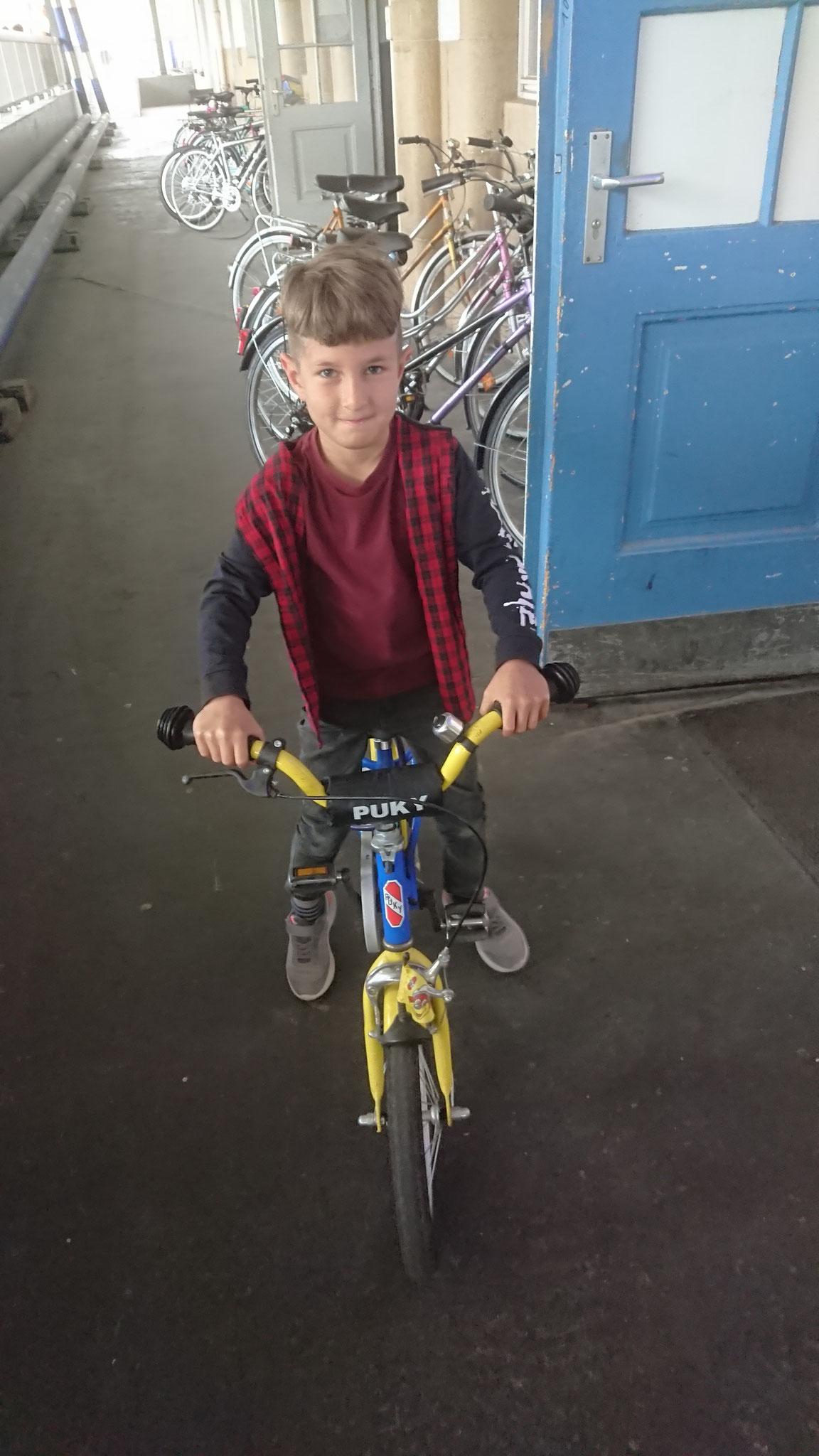 Der vierjährige Junge freut sich über das Fahrrad, gespendet vom FFF.