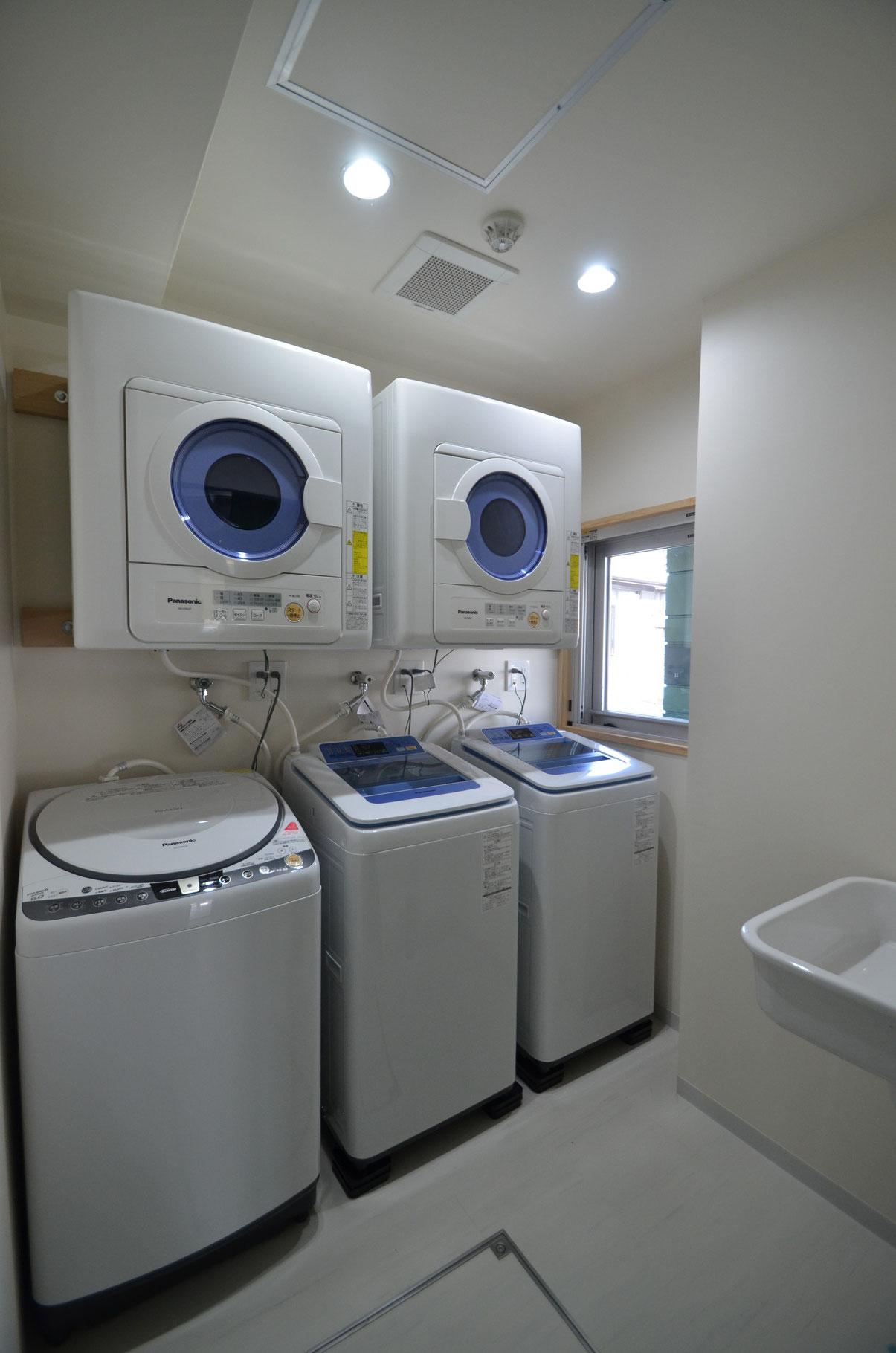 洗濯室に洗濯機が3台。大量の洗濯物も一気に洗う裏技も。