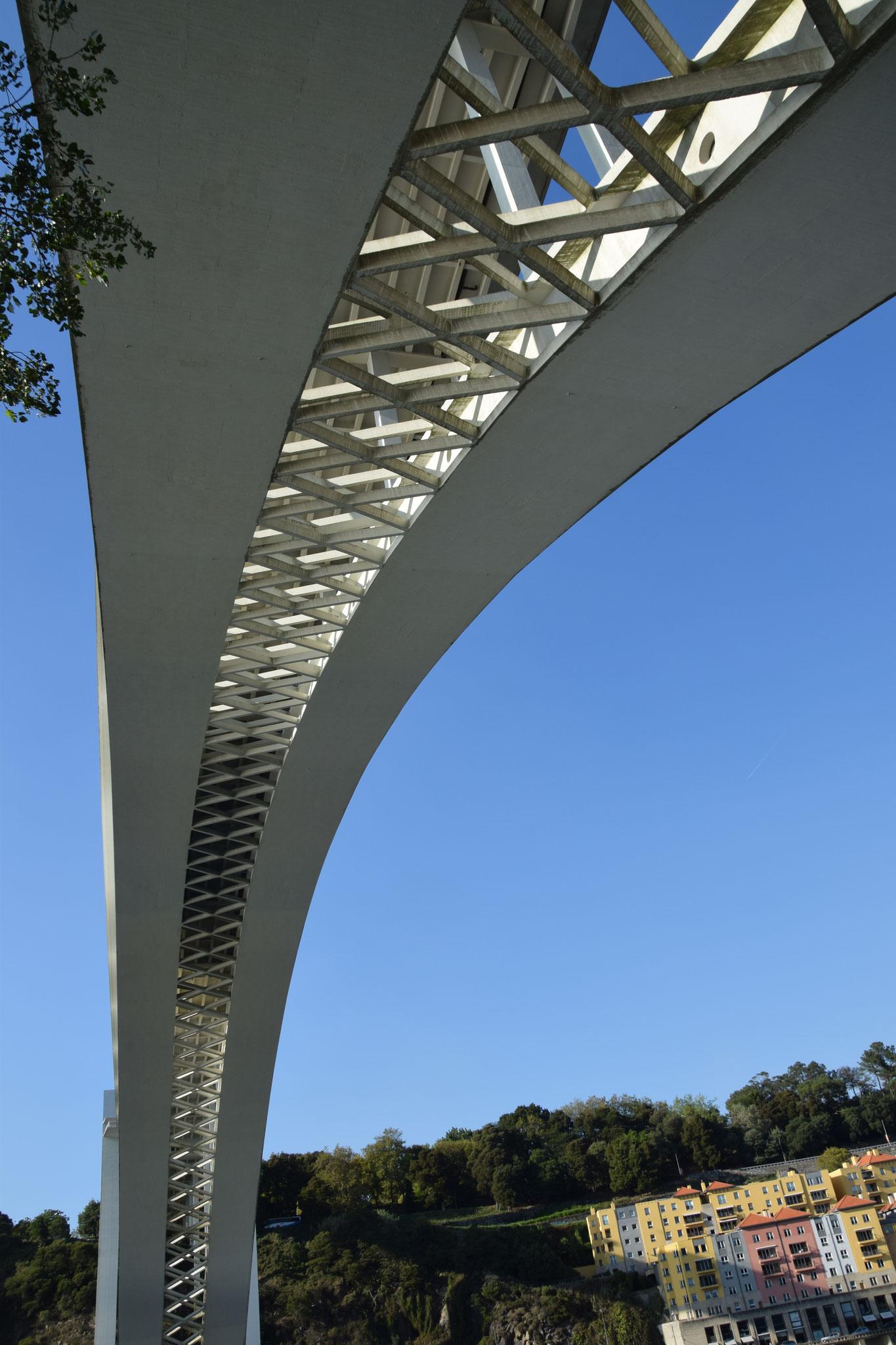 Ponte de Arrábida, mit 270m Spannweite zur Fertigstellung 1963 größte Stahlbeton-Bogenbrücke der Welt)