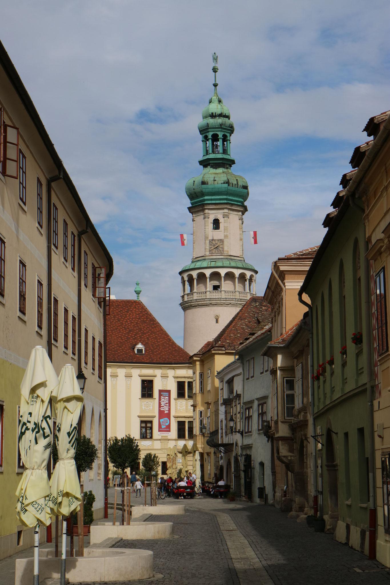 Der berühmte Feuerturm der Stadt Sopron aus Sicht einer Nebenstraße