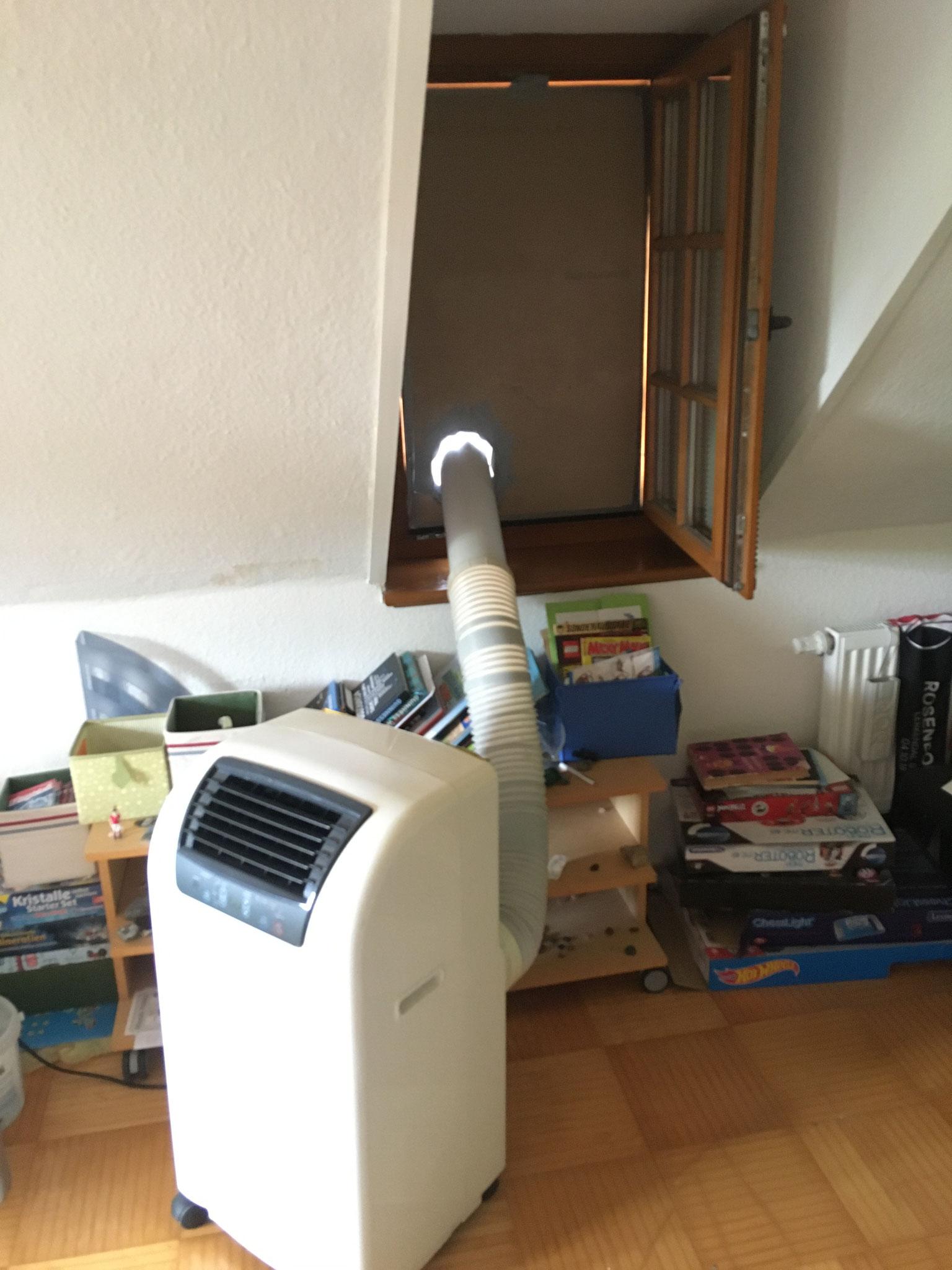 Mobiles Klimagerät wurde im Dachgeschoss in Betrieb genommen gegen die hohen Temperaturen im Innenbereich.