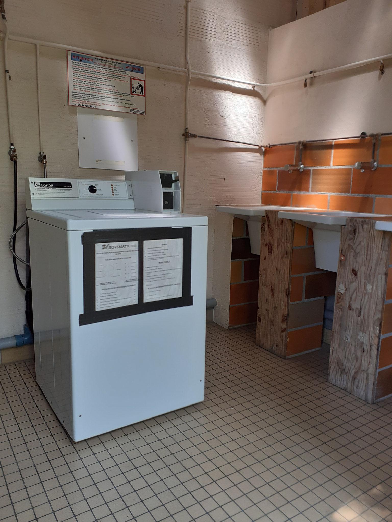 Laundry room with washing machine and wash basins