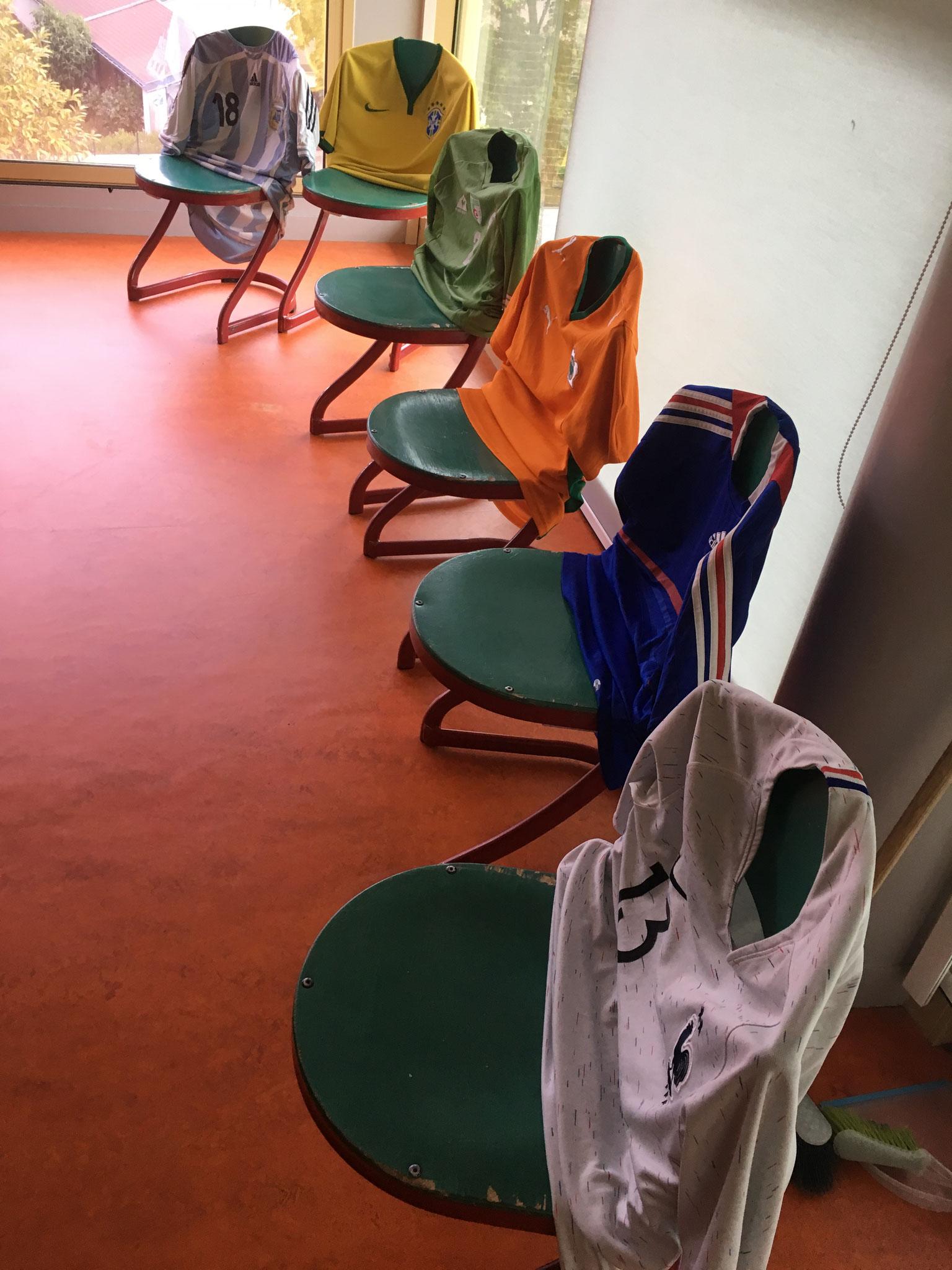 En attendant l'arrivée des joueurs : les chaises se sont préparées, ...