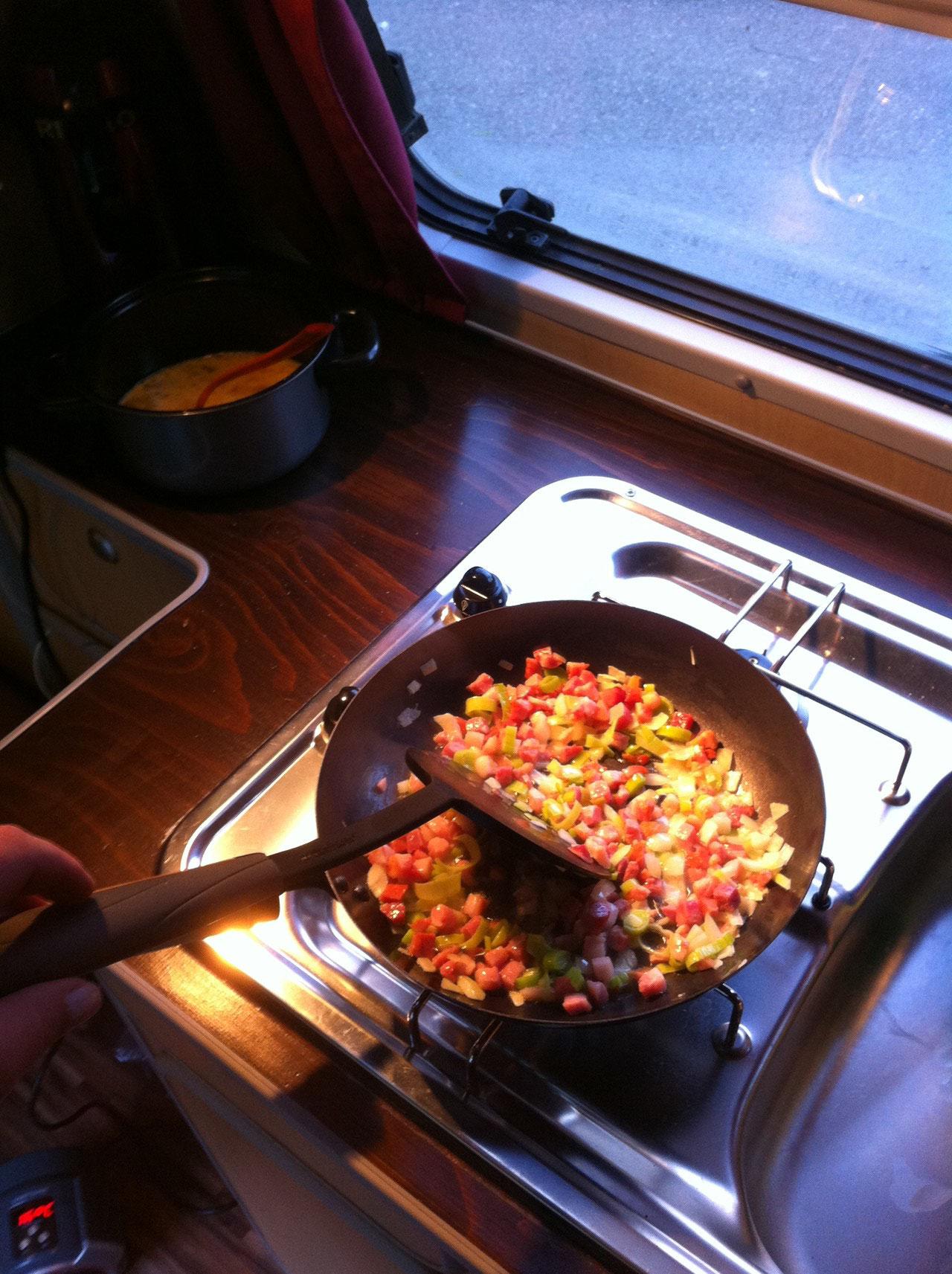 Speckwürfeli, Tomaten, Paprika und Lauch anbraten